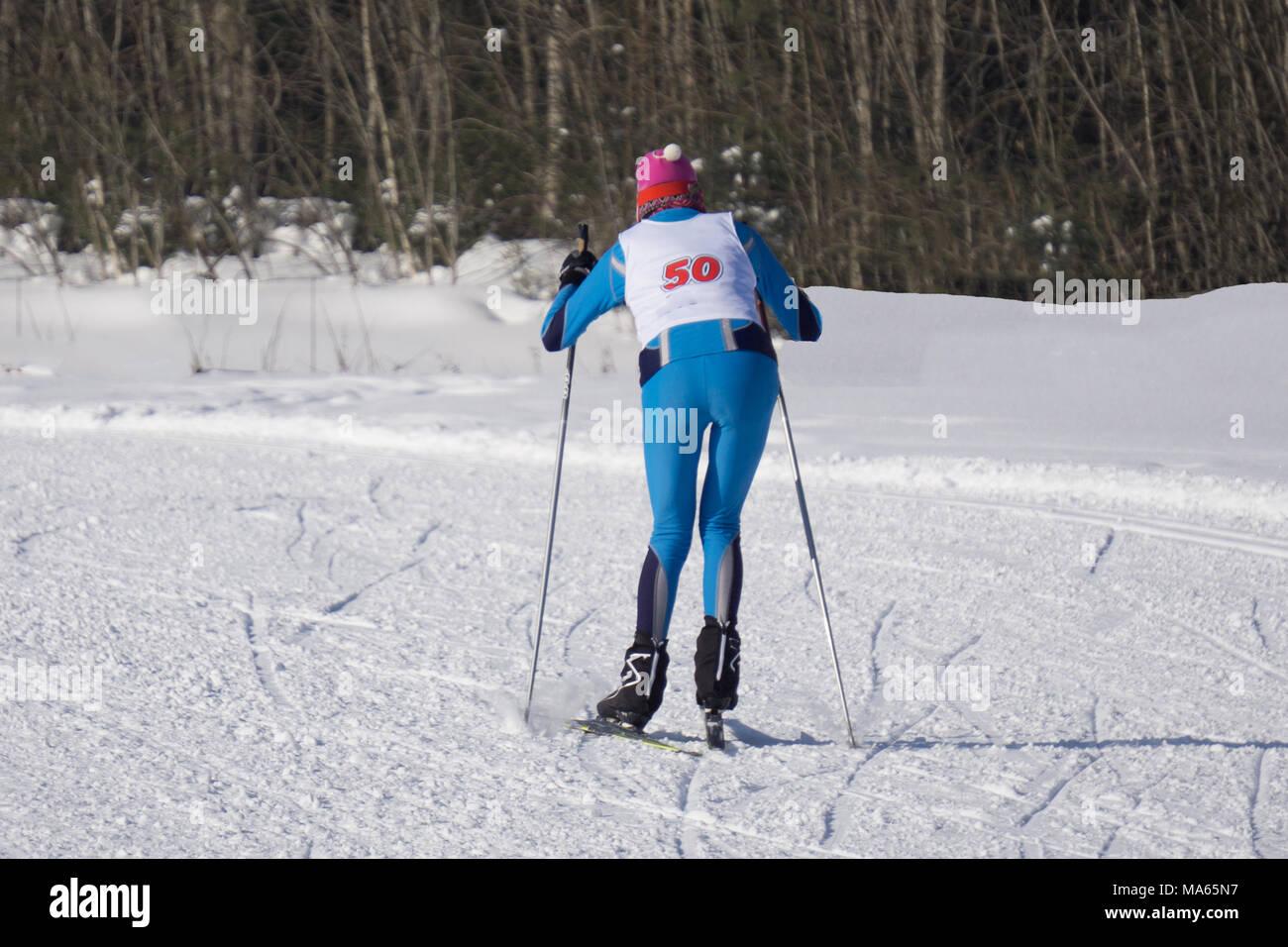 Grandi Concorsi in piste sciistiche, la maratona di sci runner Immagini Stock