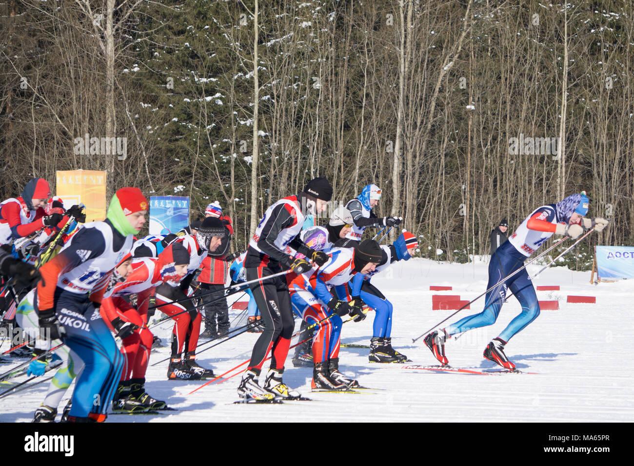La Russia Berezniki Marzo 11, 2018: i primi secondi di avviare i partecipanti della messa tradizionale competizioni di sci pista da sci. Immagini Stock
