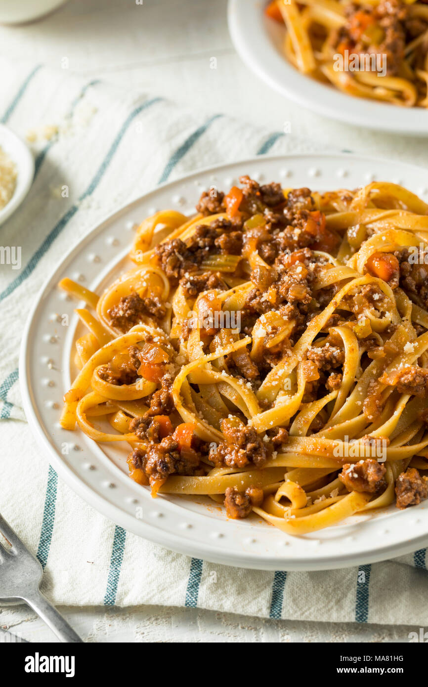 In casa italiana sugo di ragù e la pasta con il formaggio Immagini Stock