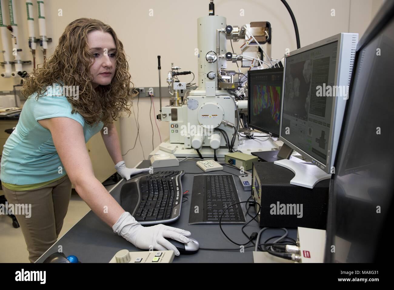 Ricercatore femmina utilizza un microscopio elettronico a scansione (SEM) per eseguire ad alta risoluzione, la microscopia elettronica studi di materiali strutturali, in un laboratorio situato in Pacific Northwest National Laboratory (PNNL) situato in Richland, Washington, Immagine cortesia del Dipartimento dell'energia degli Stati Uniti, 15 novembre 2016. () Immagini Stock