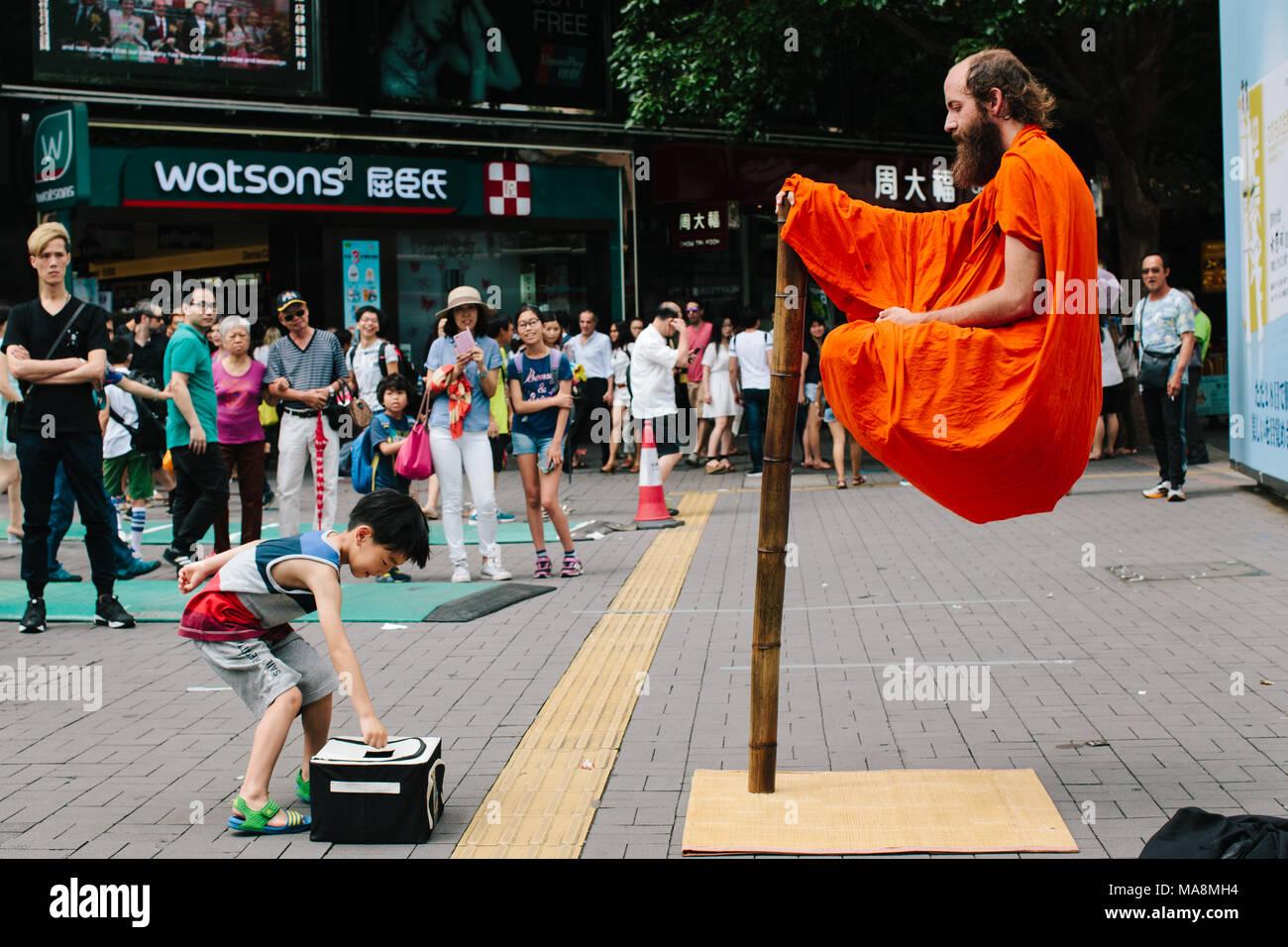 Un animatore uomo vestito come un monaco buddista levita in