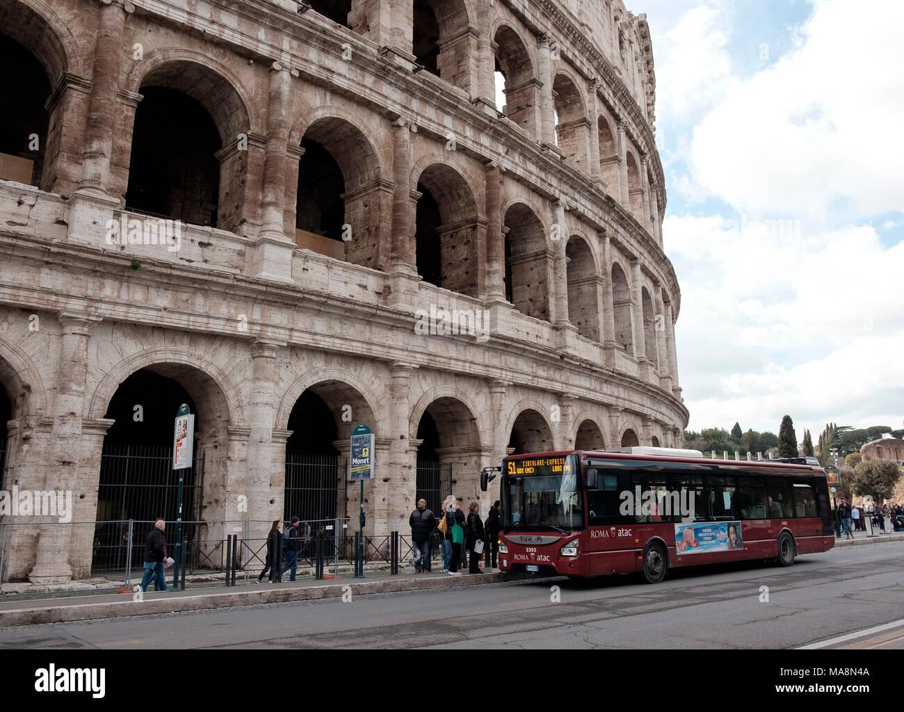 Il 51 servizio autobus locale di Roma l'arresto al di fuori del Colosseo Immagini Stock