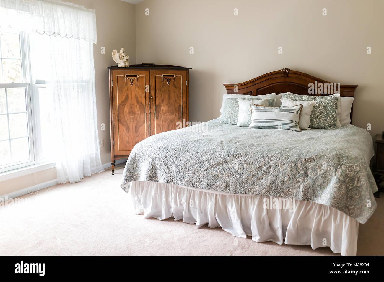 Nuovo letto comforter con testiera, cuscini decorativi, finestra in ...