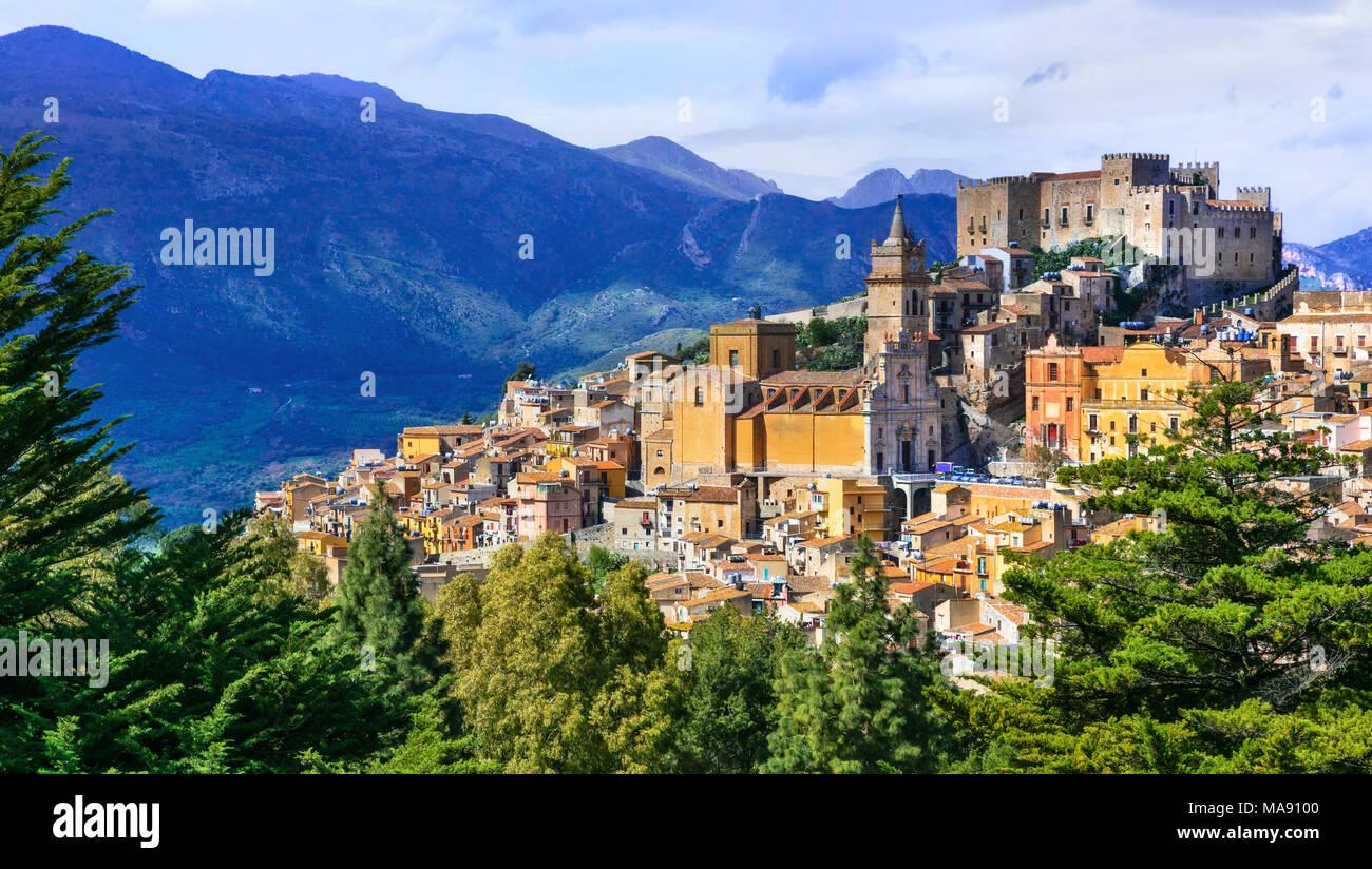 Colorato villaggio di Caccamo,vista con case tradizionali e il vecchio castello,Sicilia,l'Italia. Immagini Stock