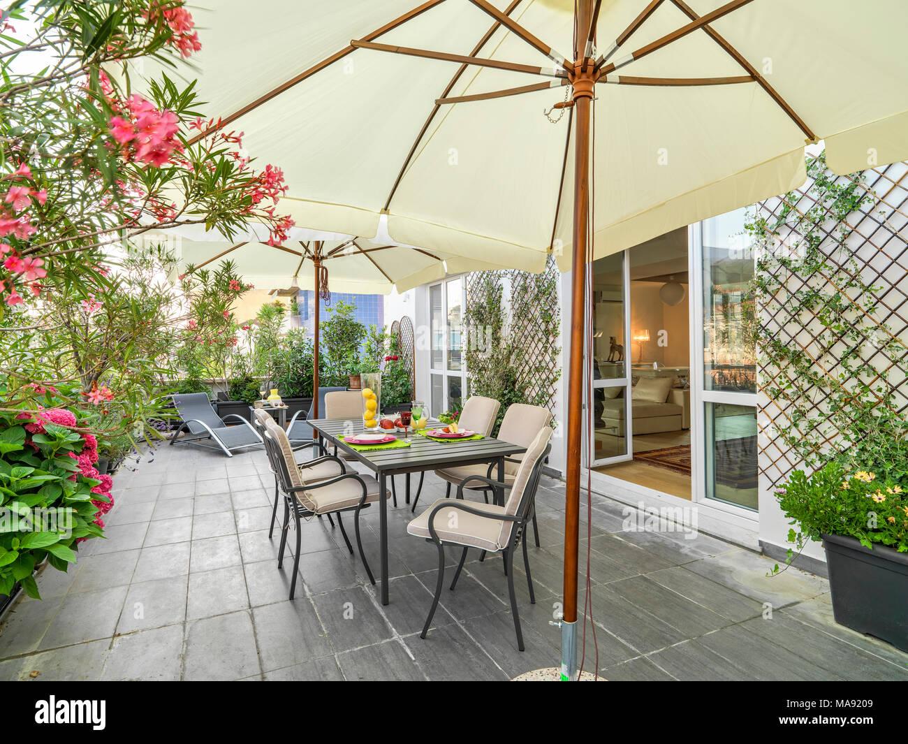 Tavolo Esterno Con Piastrelle : Riprese in esterni di una moderna terrazza in primo piano il set