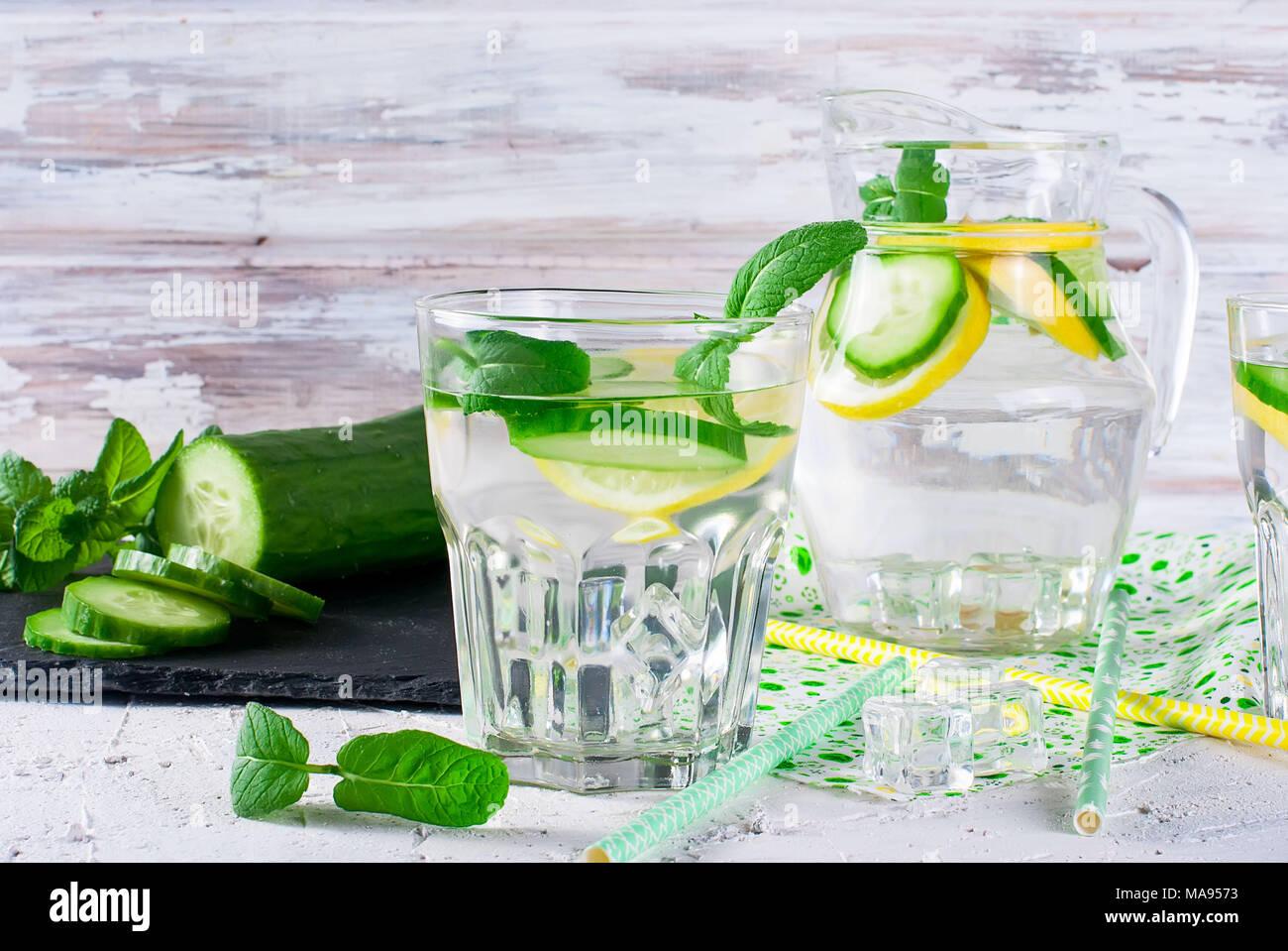 Rinfrescanti cocktail di cetriolo, la limonata, detox acqua in bicchieri su uno sfondo bianco. Bevanda estiva. Foto Stock