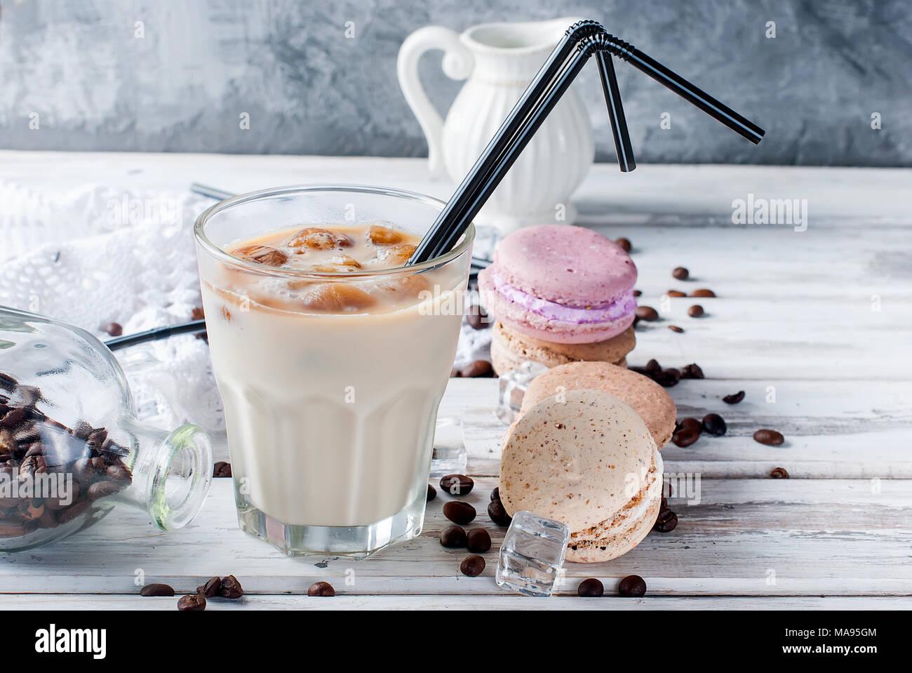 Il ghiaccio da caffè in vetro, amaretti,, pezzi di cioccolato e chicchi di caffè su una tabella di colore grigio , vista superiore, spazio di copia Immagini Stock
