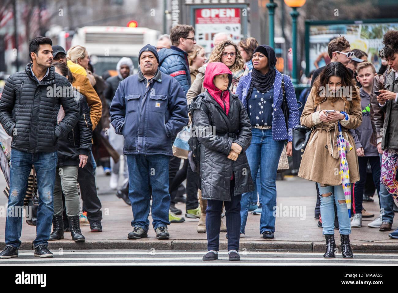 NEW YORK CITY - MARZO 29, 2018: occupato la città di New York Street scene della diversità delle persone pedonale che attraversa la strada in Midtown Manhattan su 34th str Immagini Stock