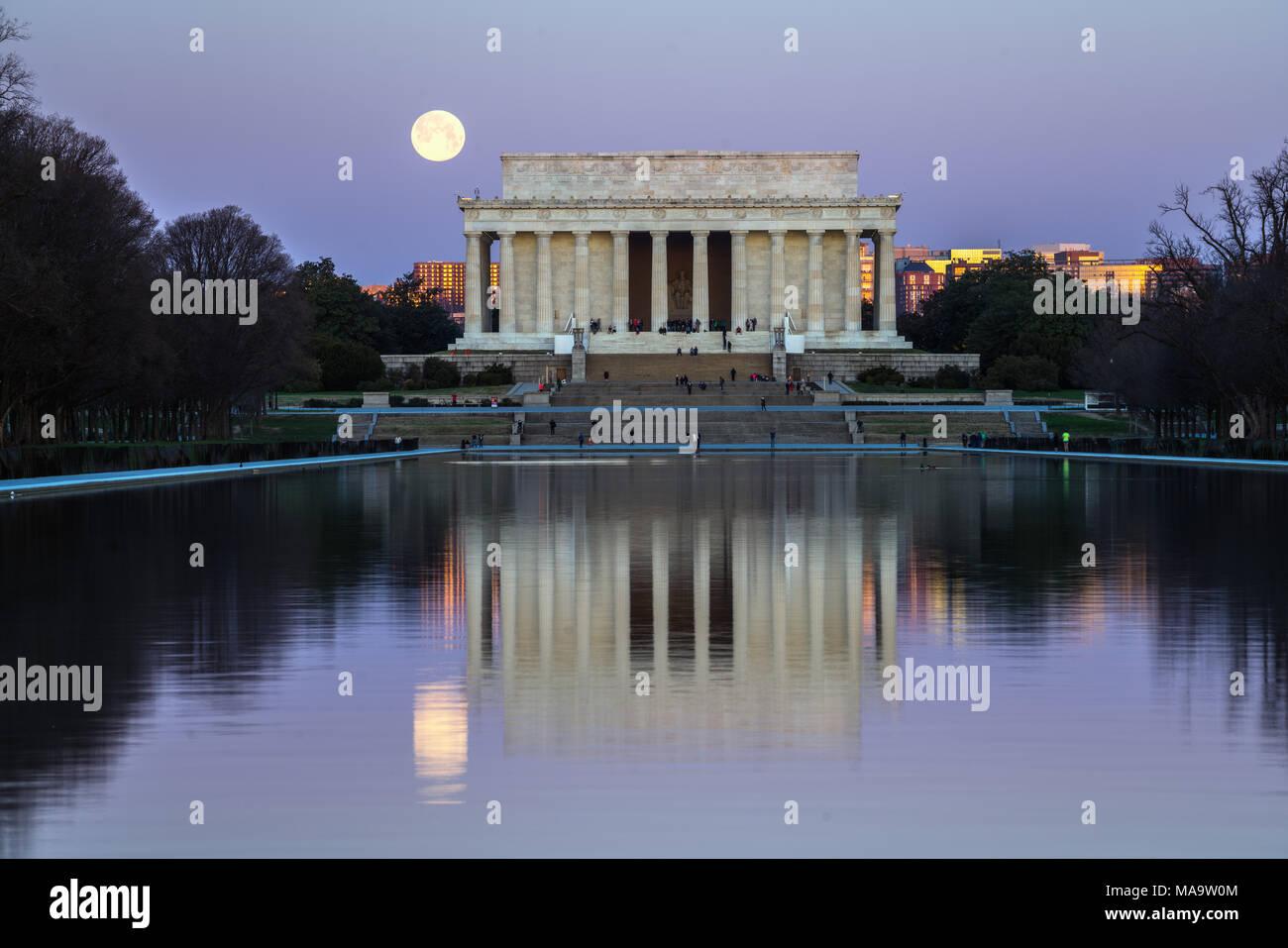 Washington DC, Stati Uniti d'America, 31 Mar 2018. Full Blue Moon impostazione accanto al Lincoln Memorial. Credito: Xavier Ascanio/Alamy Live NewsWashington DC, Stati Uniti d'America, 31 Mar 2018. Credito: Xavier Ascanio/Alamy Live News Foto Stock