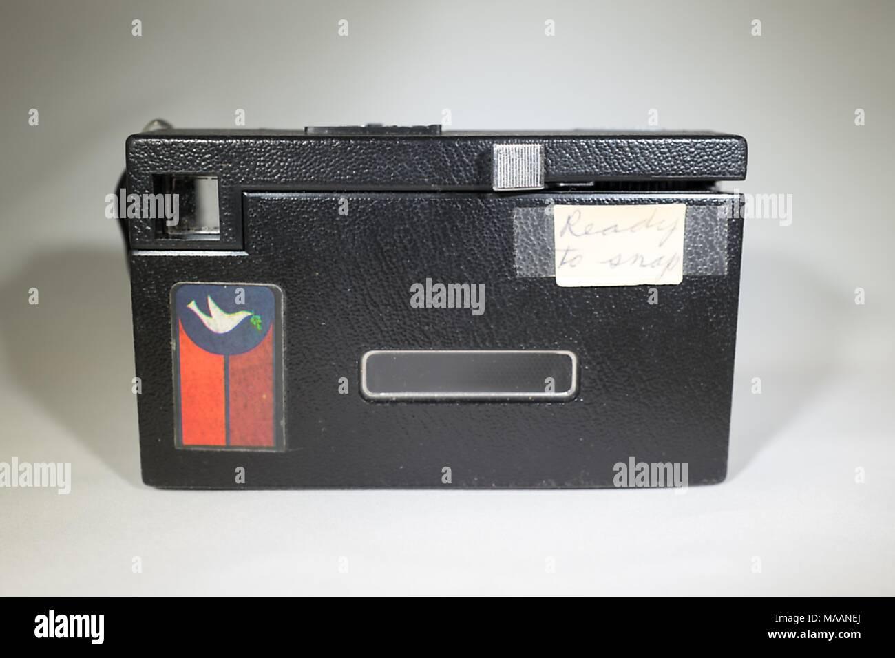 Close-up, vista posteriore di una Kodak Instamatic X-15 telecamera, popolare negli anni settanta, personalizzata con una decalcomania che mostra una colomba che trasporta un ramo di olivo, 5 febbraio 2018. La telecamera utilizzata 126 cartucce di pellicola ed è stato offerto con una vasta gamma di etichette, consentendo agli utenti di personalizzare le telecamere per la loro politica o cause sociali. () Immagini Stock