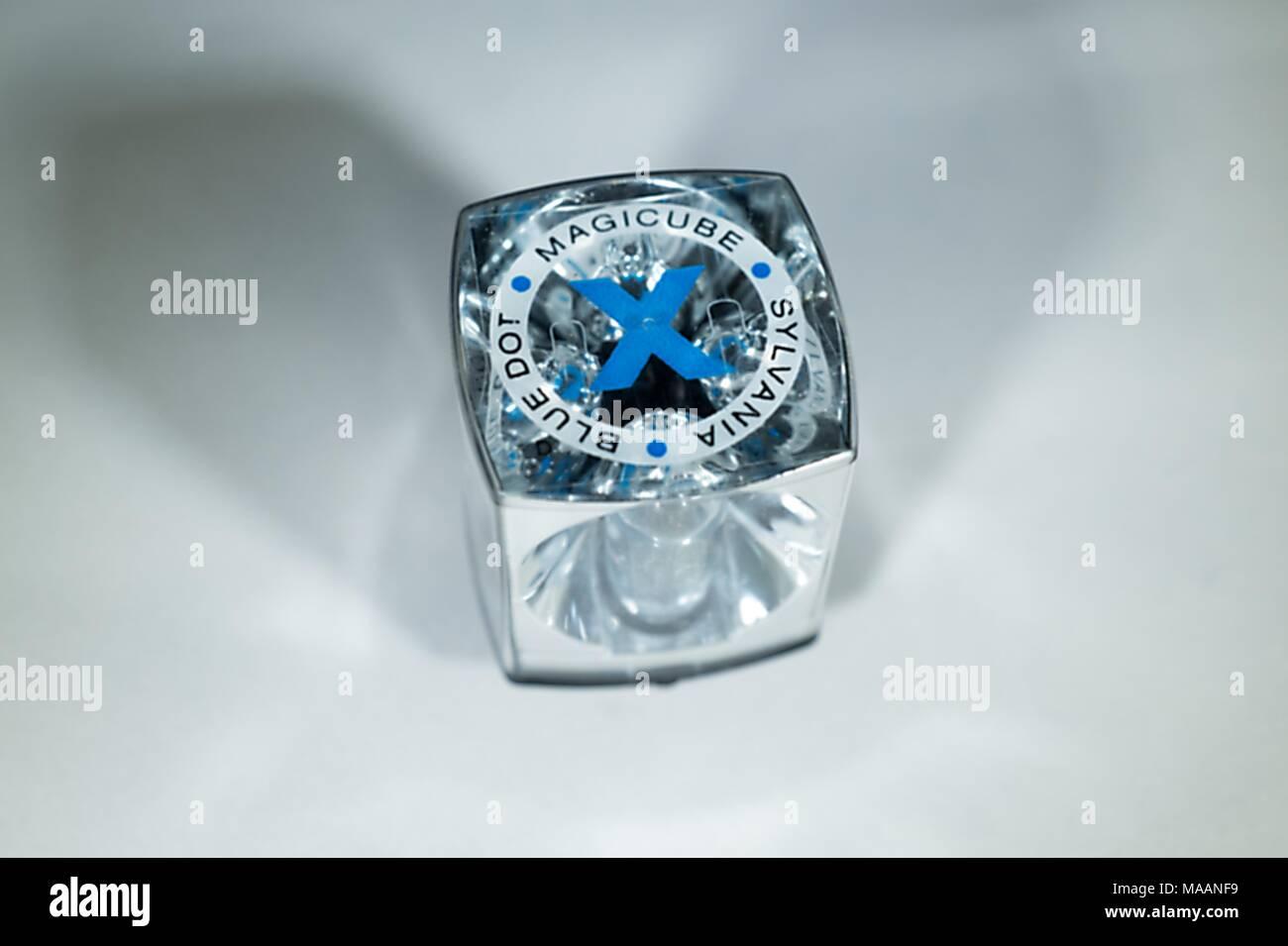 Close-up di Sylvania Blue Dot Magicube, uno dei primi quattro facciate cubo flash utilizzato con degli anni settanta era Kodak fotocamere Instamatic Febbraio 5, 2018. Ogni cubo consentito per quattro lampeggi e ruotato tra esposizioni prima di essere eliminato. () Immagini Stock