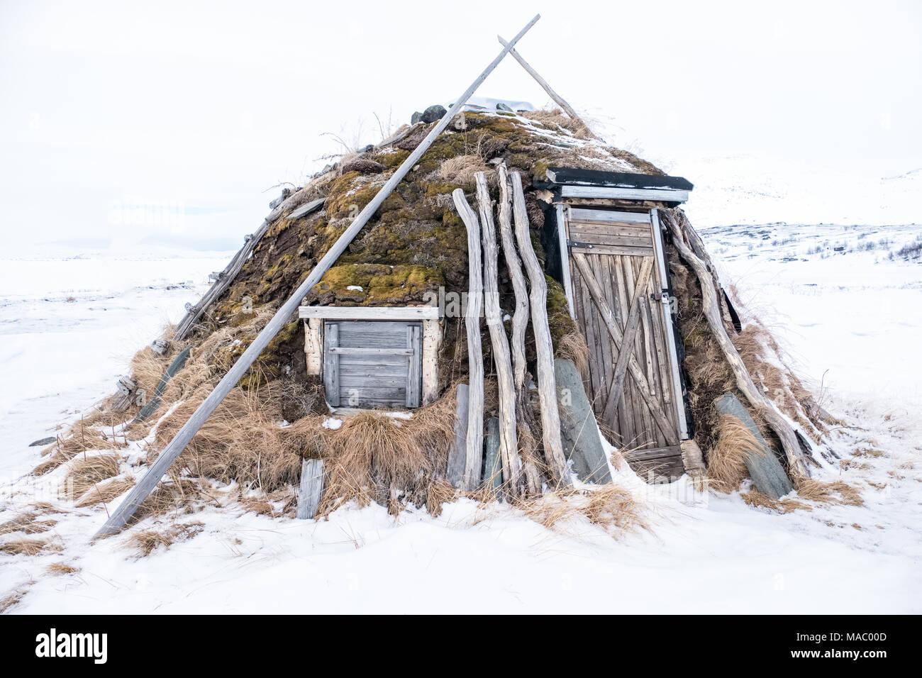 Un goahti ( tradizionale baita lappone ) in un villaggio Sami in Svezia Immagini Stock