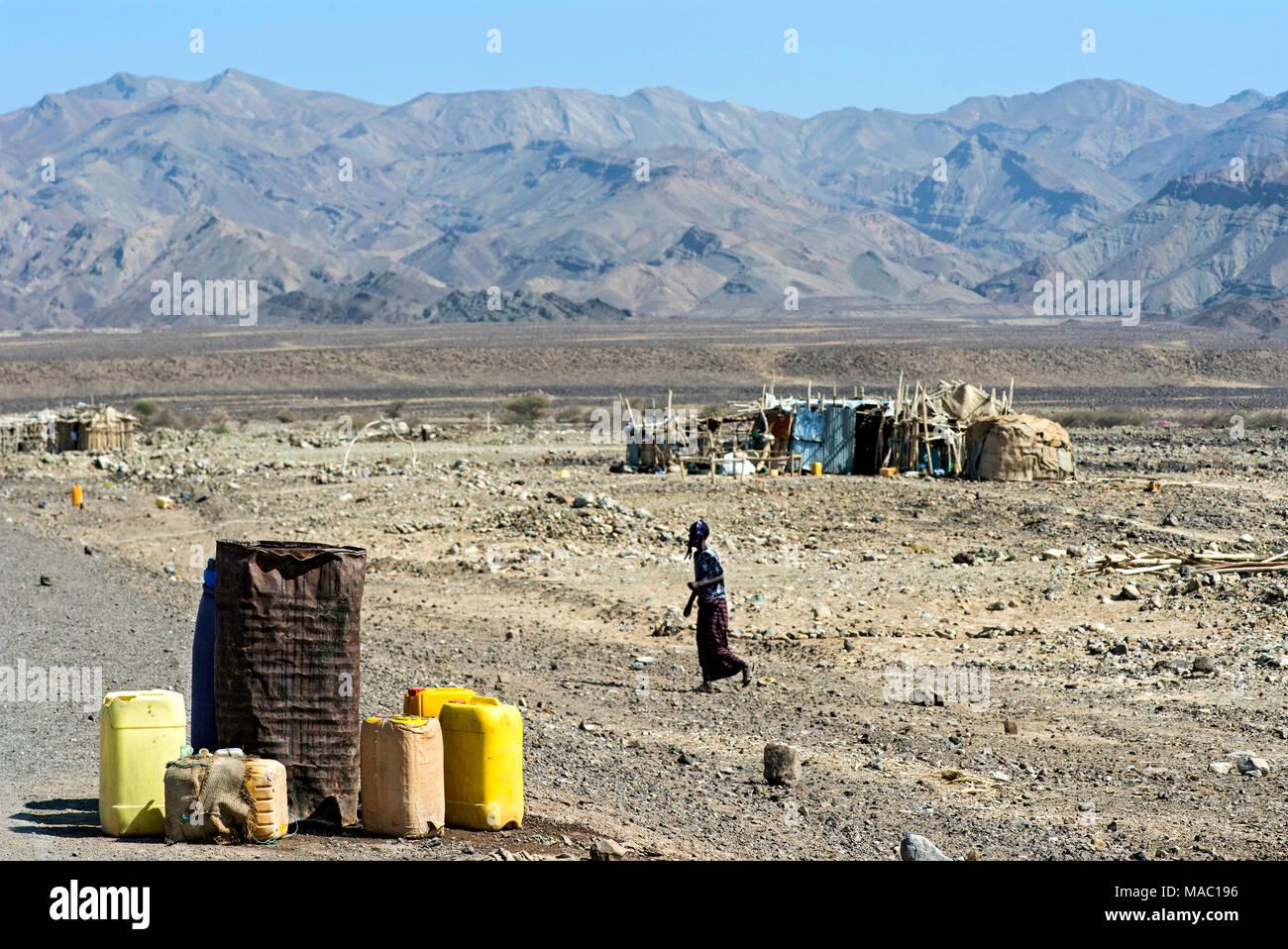 Acqua potabile per la vendita in plastica taniche a lato strada, Danakil depressione di Afar, Triangolo, Etiopia Immagini Stock