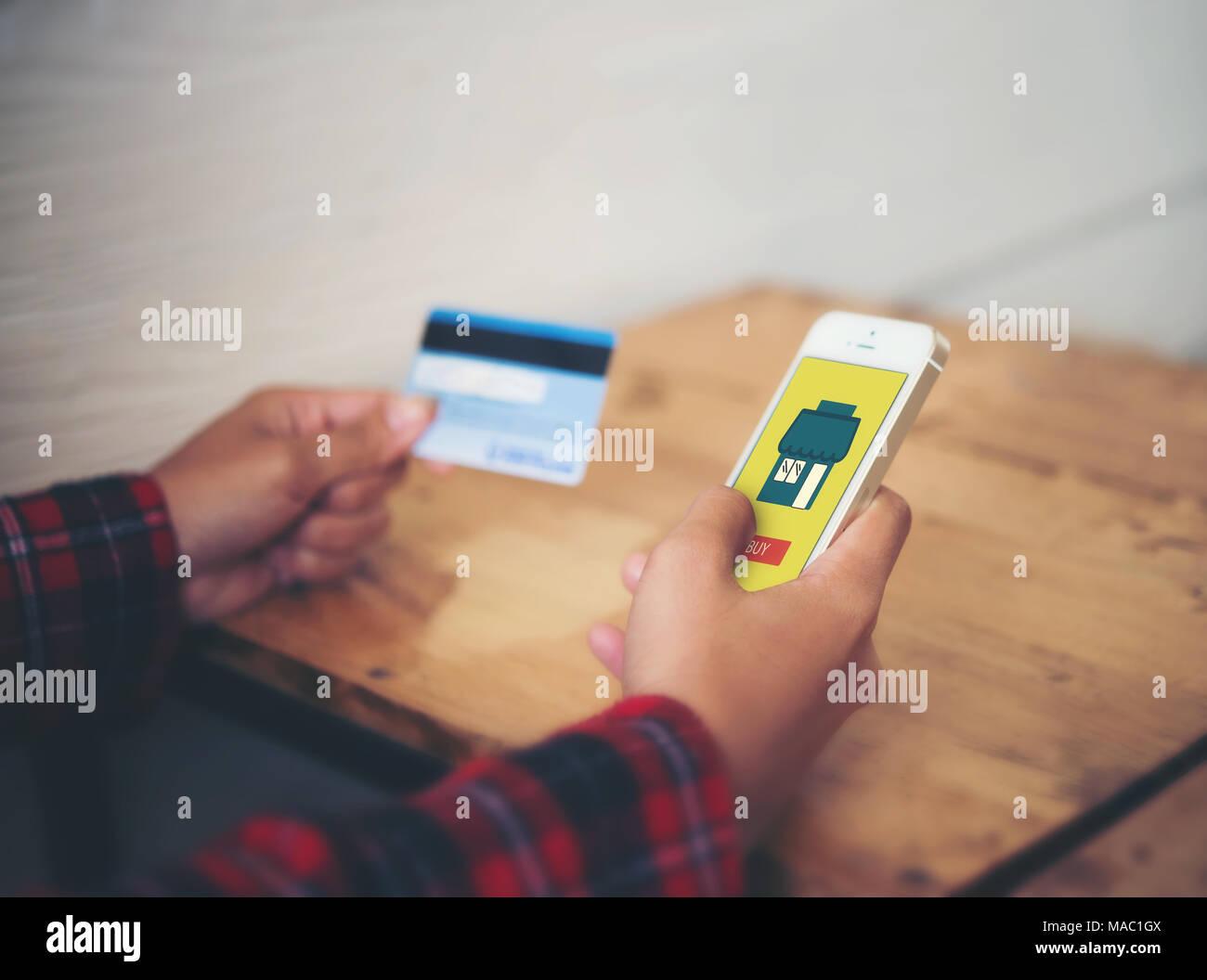 new style 1acf1 769b3 Smart phone shopping online nella donna la mano e carta di ...