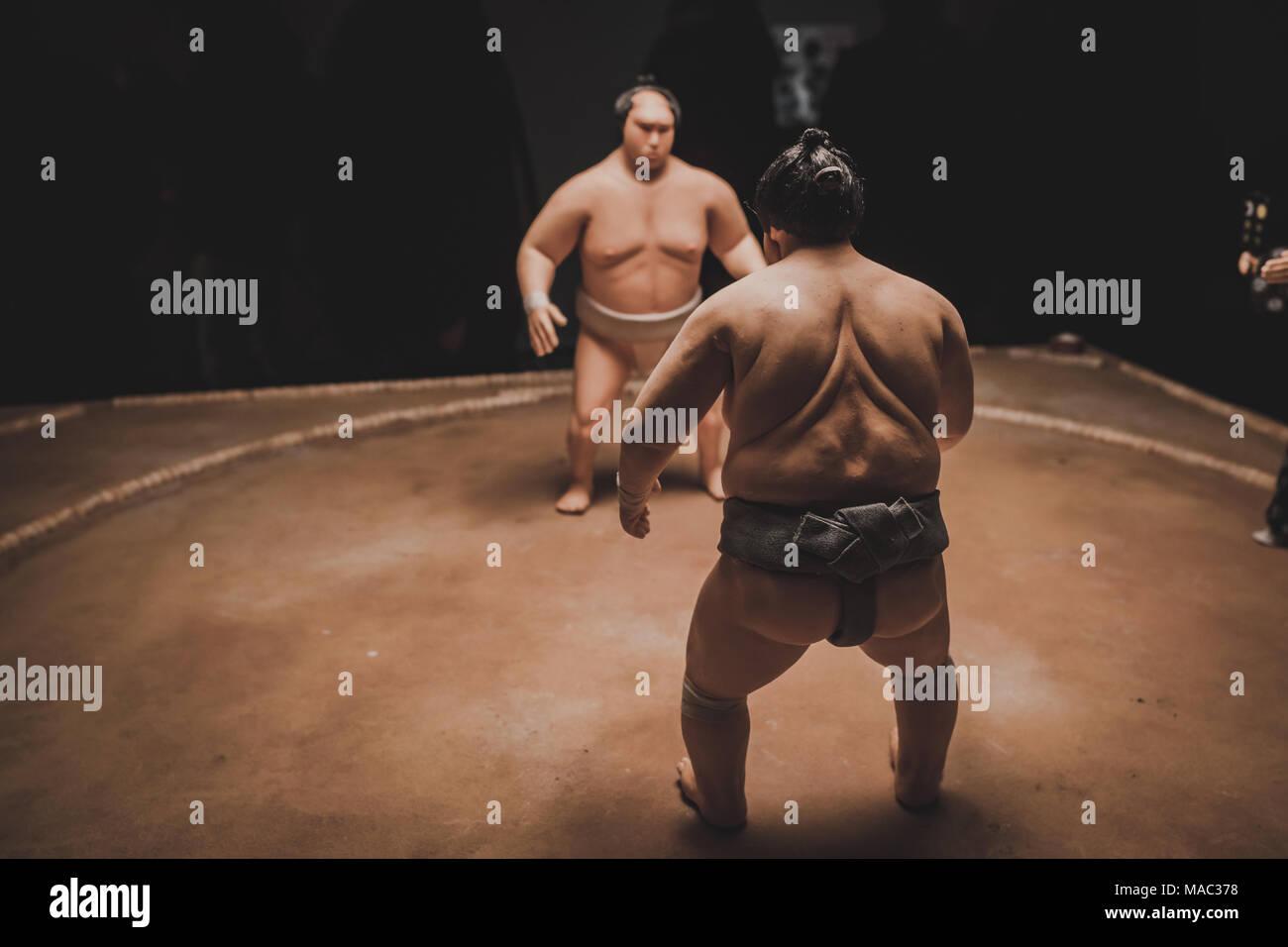 Lottatori di Sumo preparando a combattere, sul display a Londra presso l'Isle of Dogs exhibition, diretto da Wes Anderson - Marzo 2018 Immagini Stock