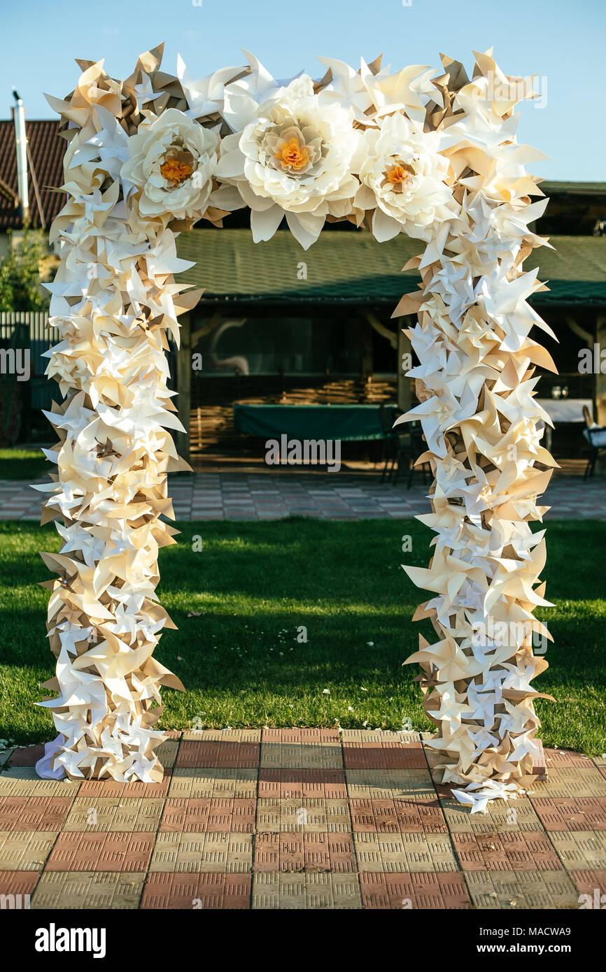 Fiori di carta in wedding decor di lusso, decorazioni per matrimoni per la  cerimonia. Arco di nozze con fiori