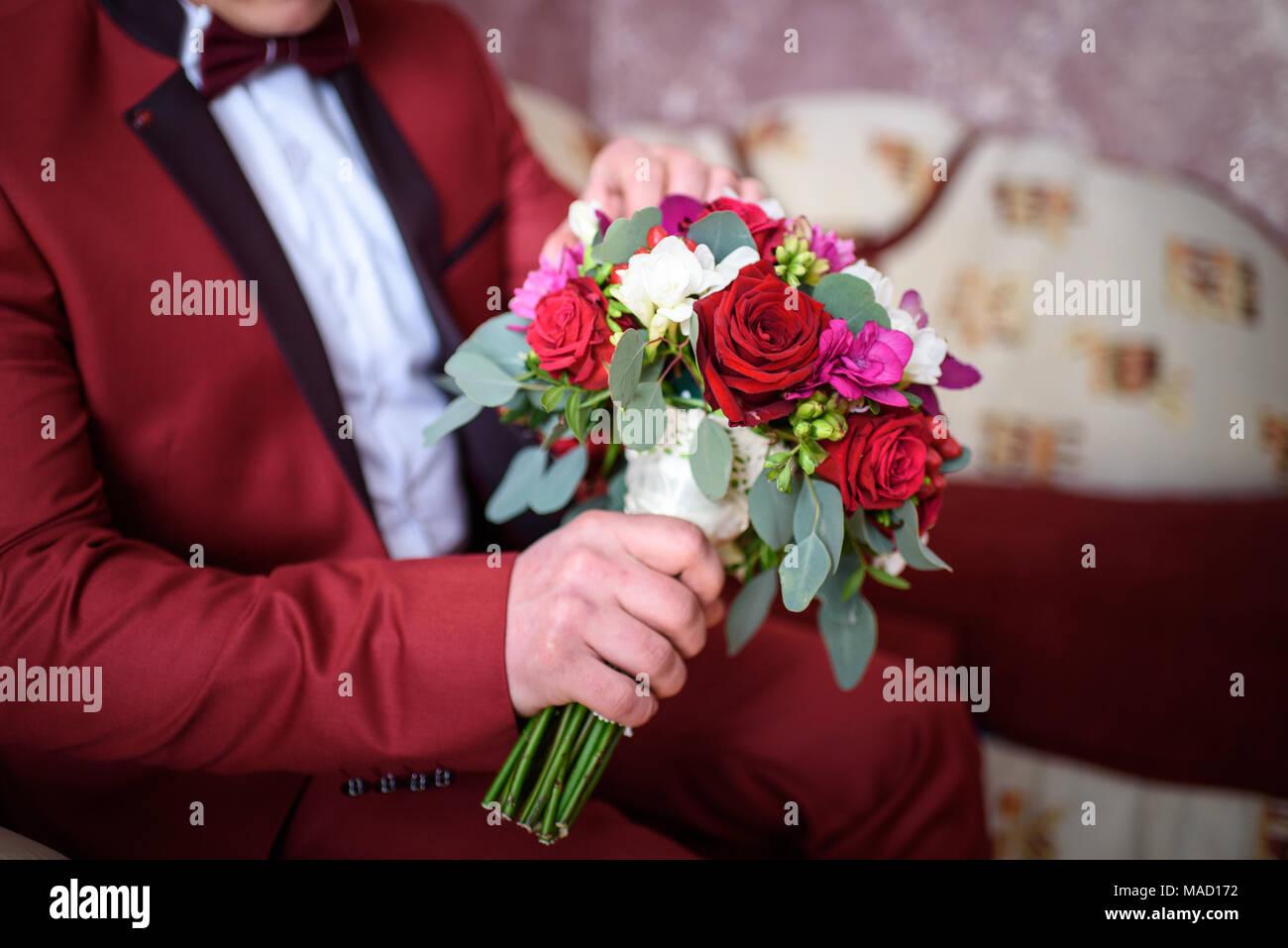Elegante lo sposo con bouquet, giorno di nozze, vista da vicino Immagini Stock