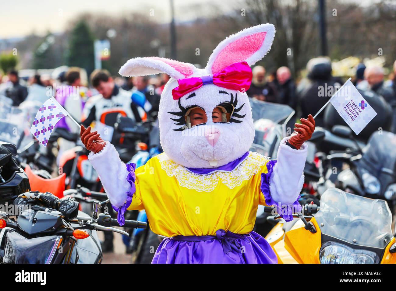 Più di moto molti in costumi di fantasia come conigli