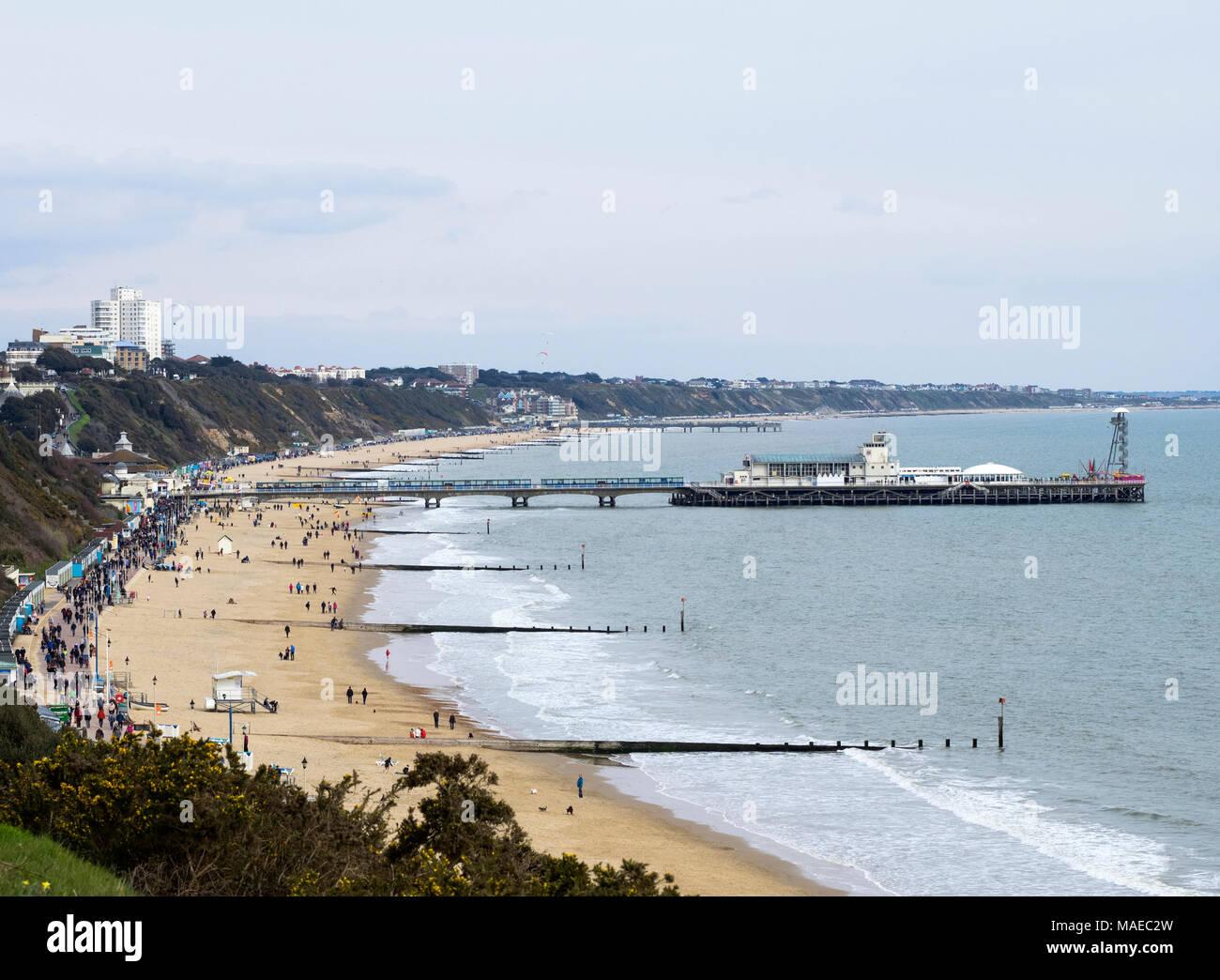 Bournemouth,UK,1 Aprile,2018, la folla a piedi lungo la passeggiata sulla spiaggia di Bournemouth sulla pasqua domenica pomeriggio. Credito: Don Steele/Alamy Live News Immagini Stock