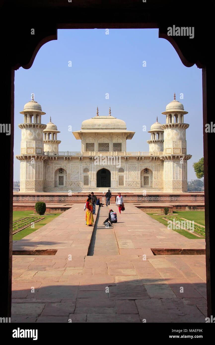 Vista incorniciata di Itimad-ud-Daulah Mausoleo di Agra, Uttar Pradesh, India. Questa tomba è spesso considerato come un progetto del Taj Mahal. Immagini Stock