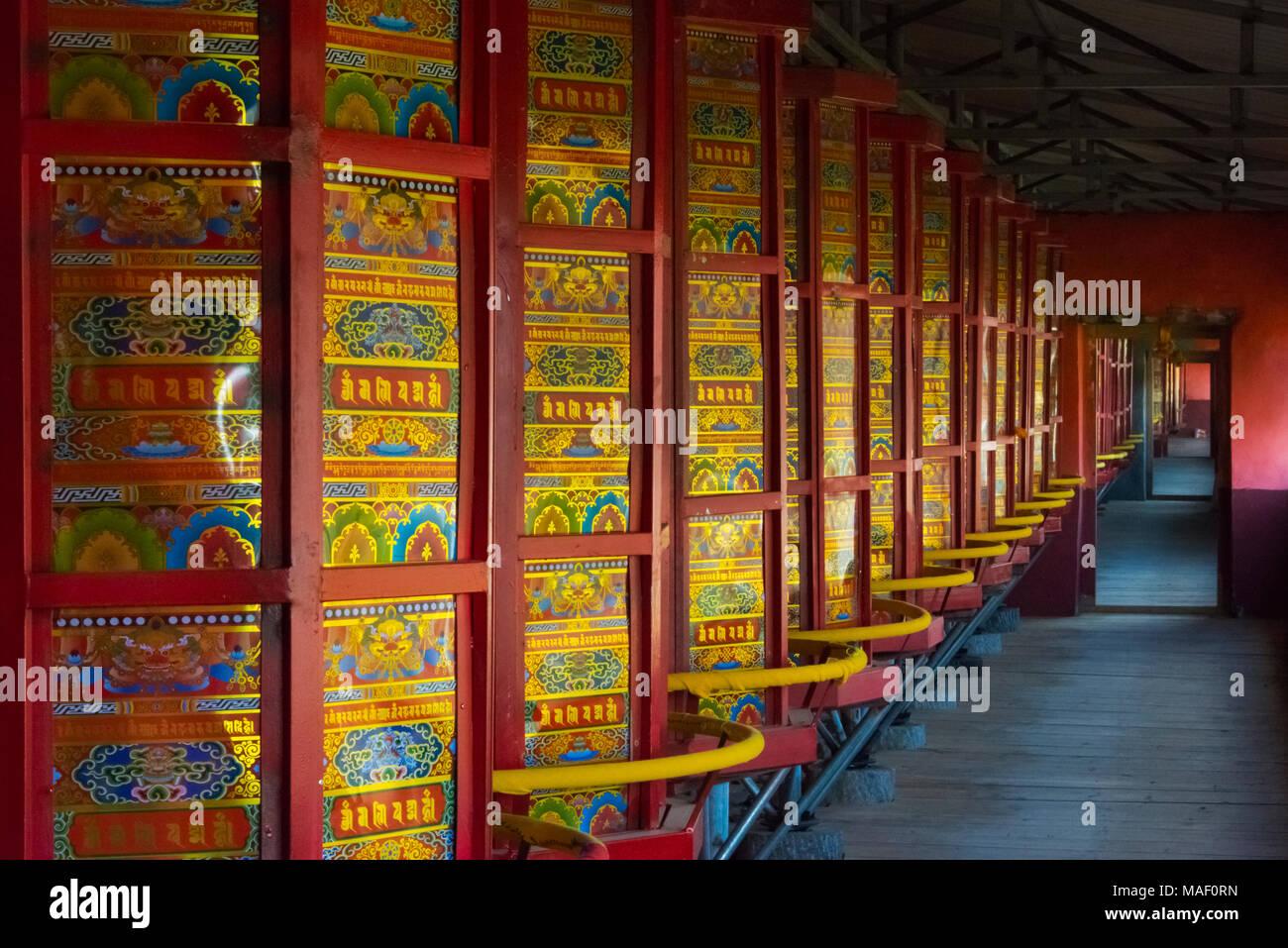 Ruote pregando nel tempio, Tagong, western Sichuan, Cina Immagini Stock