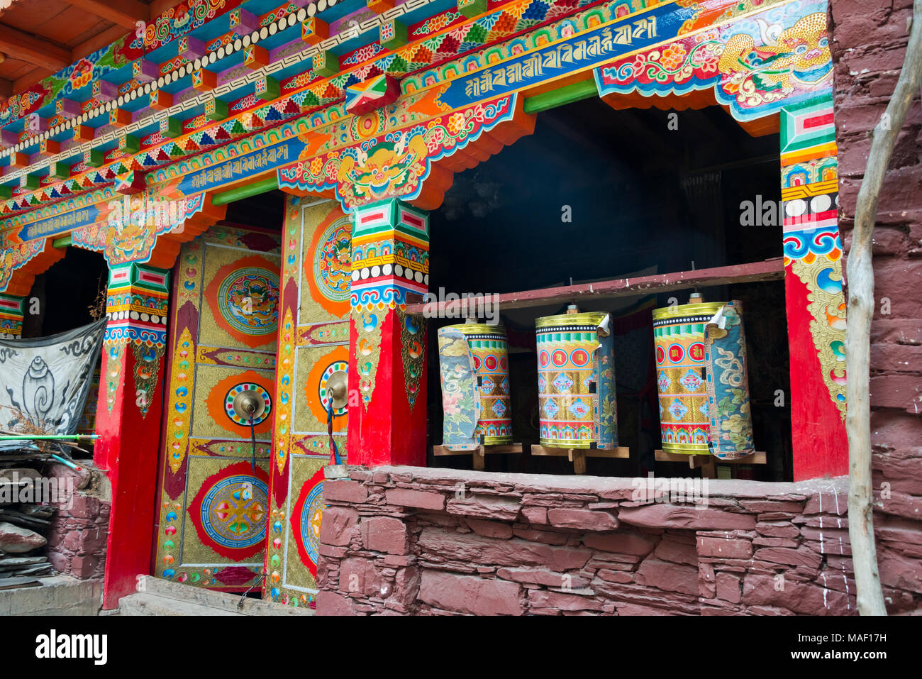 Pregando ruote in Zhuokeji Headman's Village, Ngawa tibetano e Qiang prefettura autonoma, western Sichuan, Cina Immagini Stock