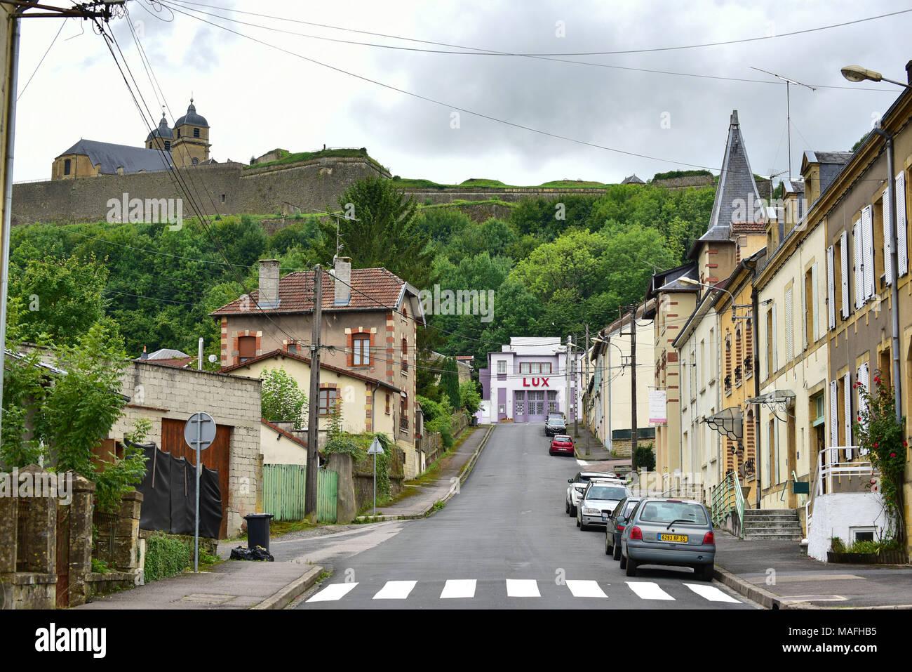 Street view in Montmédy, un comune nel dipartimento della Mosa nella Grand Est nel nord-est della Francia. Immagini Stock