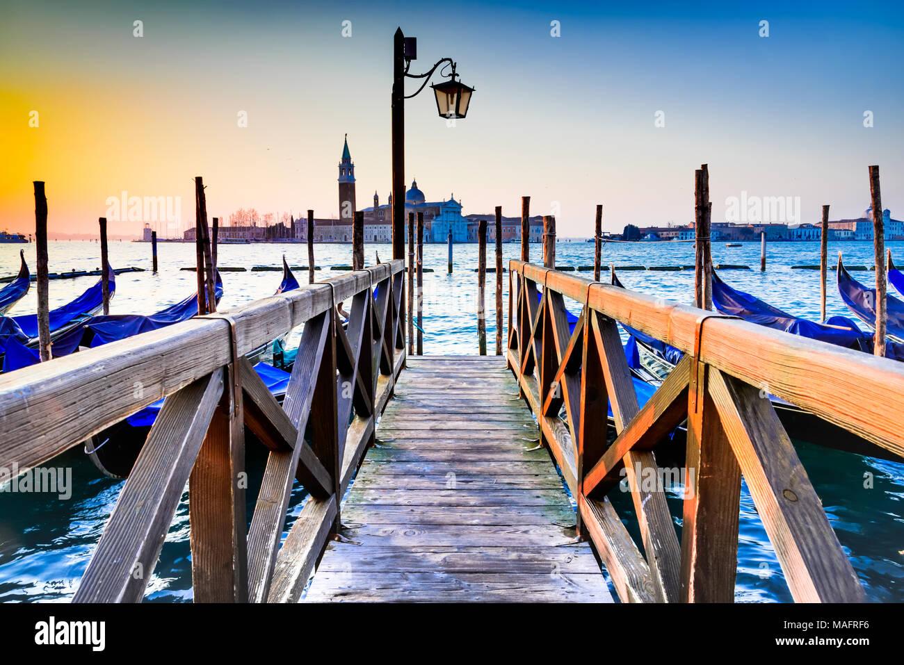Venezia, Italia. Sunrise con gondole sul Canal Grande e Piazza San Marco, Mare Adriatico. Foto Stock