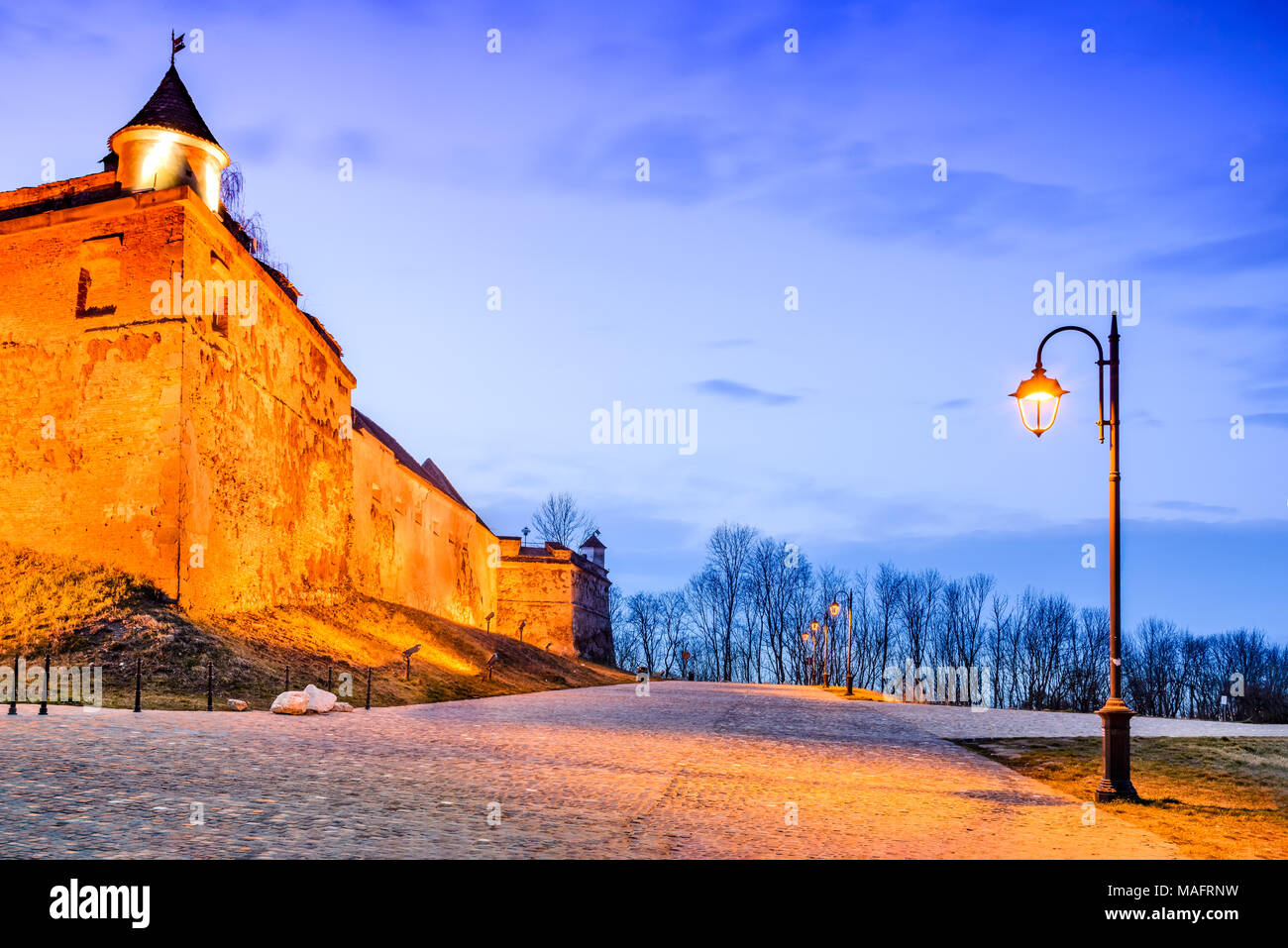 Brasov, Romania - La Cittadella. Crepuscolo stupefacente immagine HDR medievale con una fortezza collinare di Corona città medievale in Transilvania. Immagini Stock