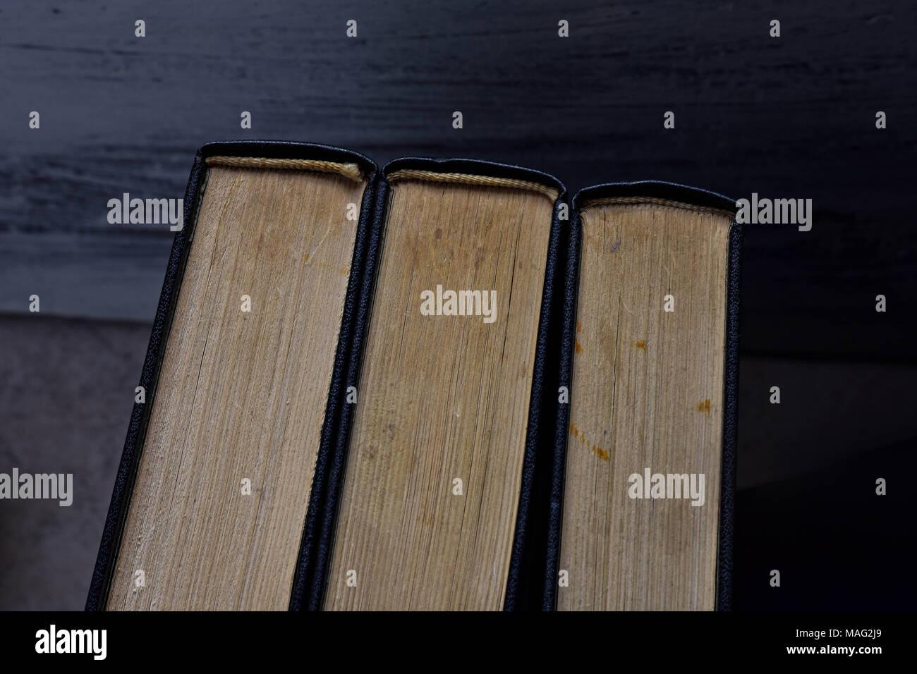 Pila di vecchi libri polverosi visto dall'alto/ immagine concettuale dell'istruzione Immagini Stock