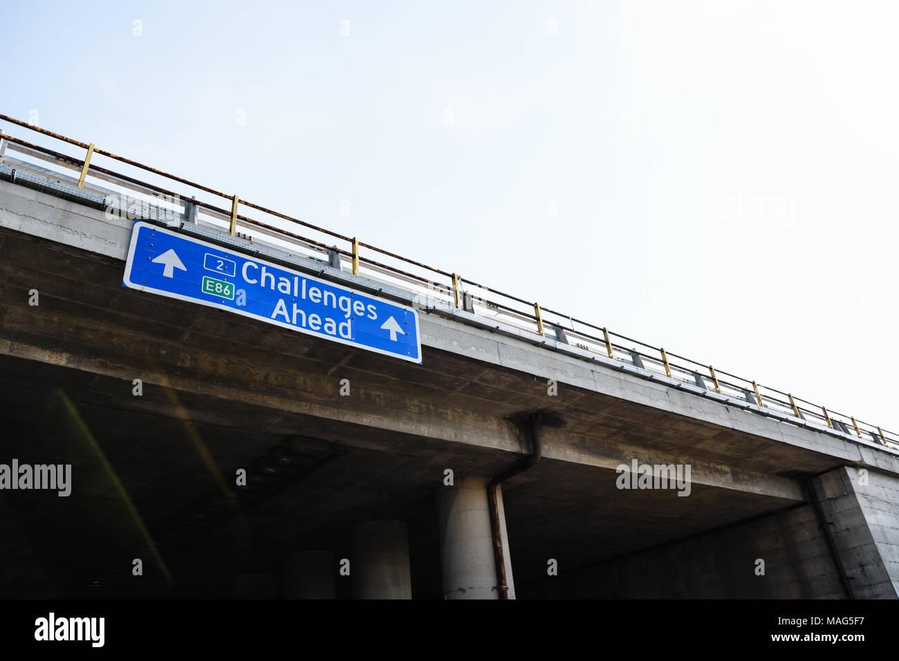 Sfide future avanti cartello blu contro il cielo chiaro Immagini Stock