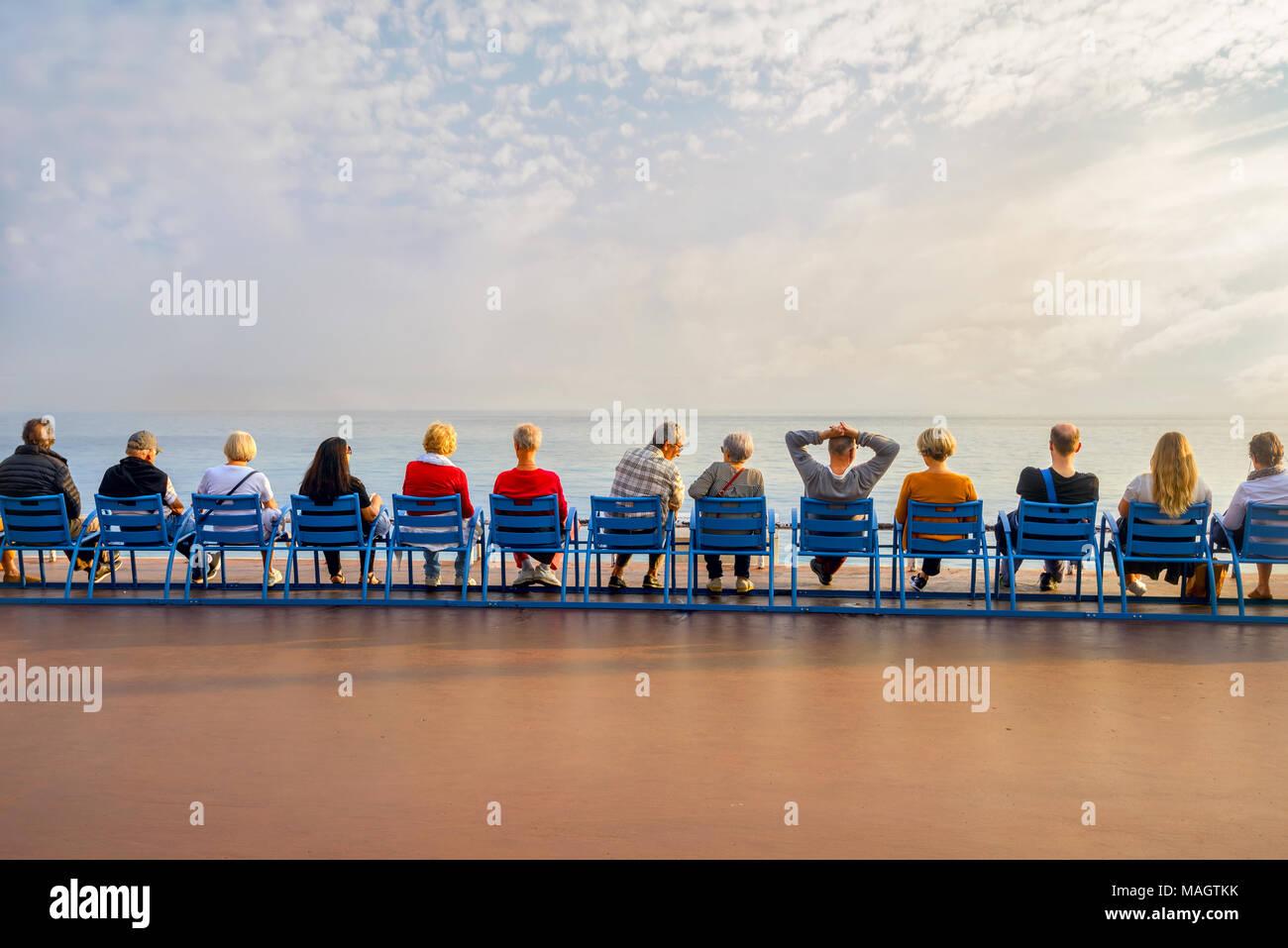 Sedie Blu Nizza : Persone seduti su sedie blu sulla promenade des anglais a nizza