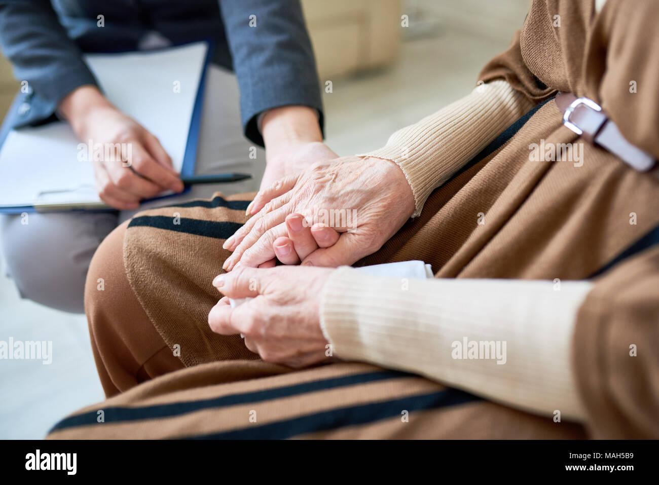 Psicologo aiutando paziente Senior Immagini Stock