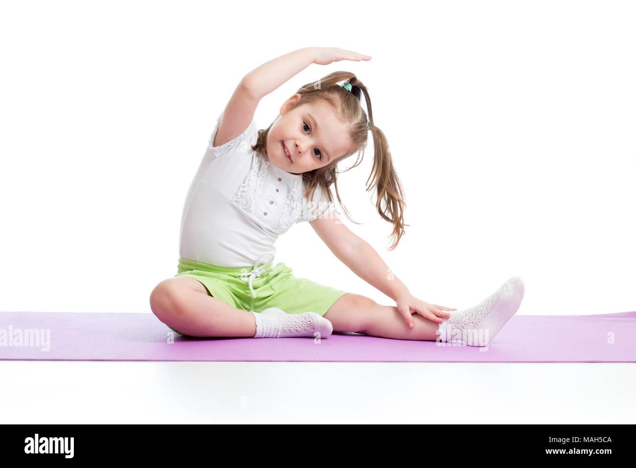 e192f856fe86 Bambino la pratica dello yoga, stretching in esercizio di indossare  abbigliamento sportivo. Kid isolate su sfondo bianco
