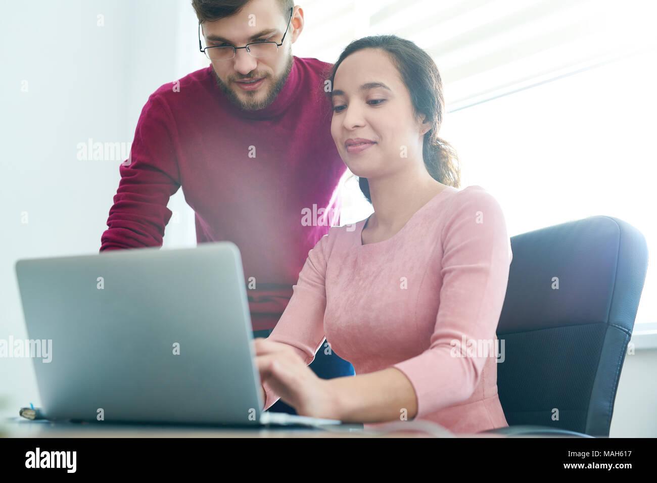 Il piacere di team che compongono lettera elettronica per i business partner Immagini Stock