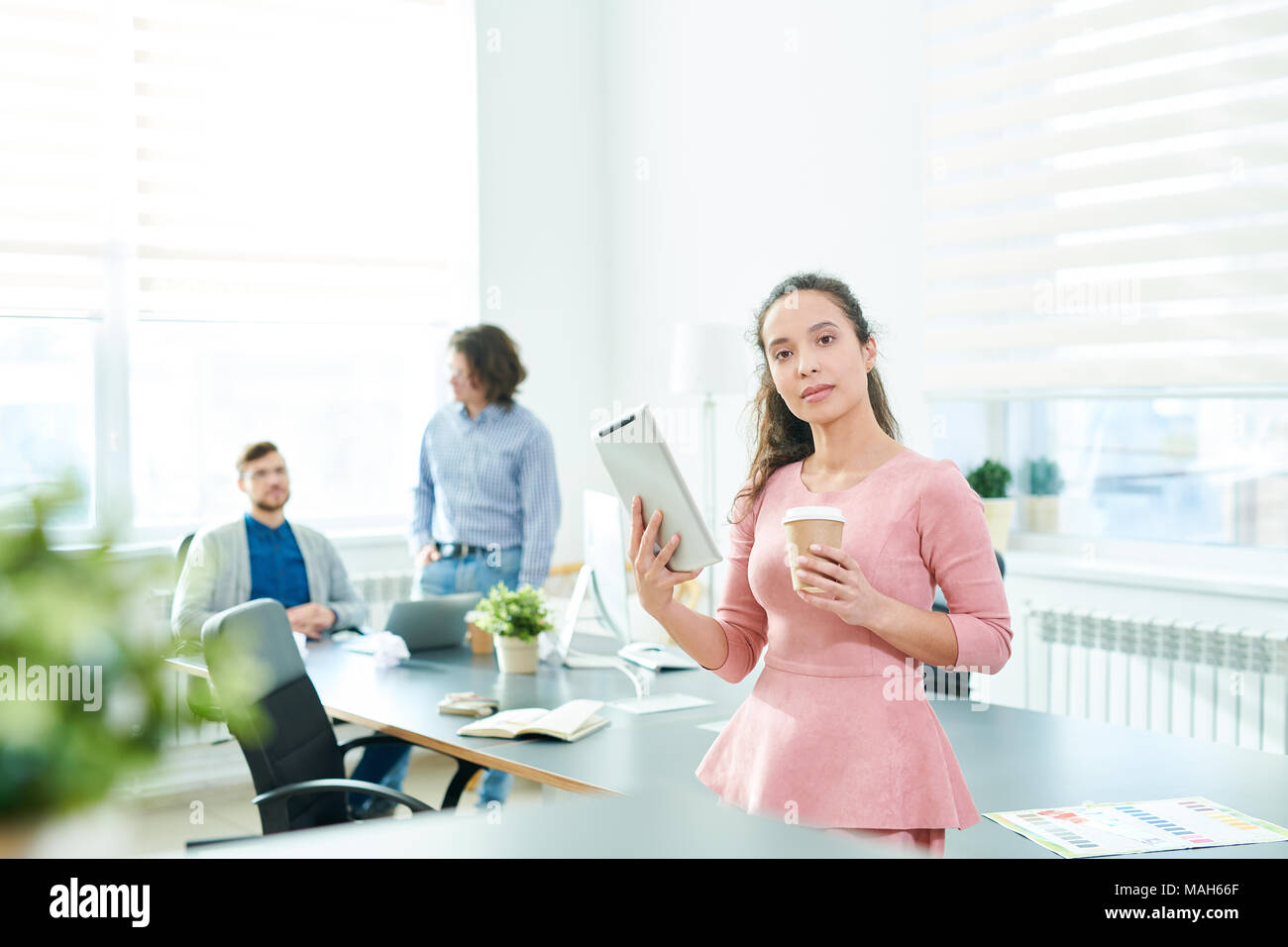 Moderno business lady con il dispositivo Immagini Stock
