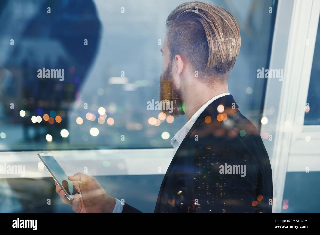 Imprenditore guarda lontano per il futuro nella notte. Concetto di innovazione e startup Foto Stock