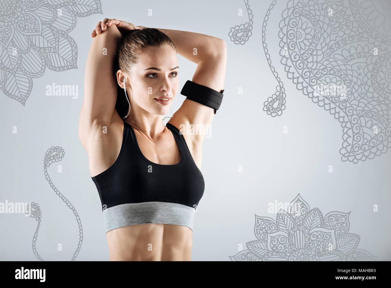 Professional sportive stretching i suoi muscoli mentre la formazione Immagini Stock