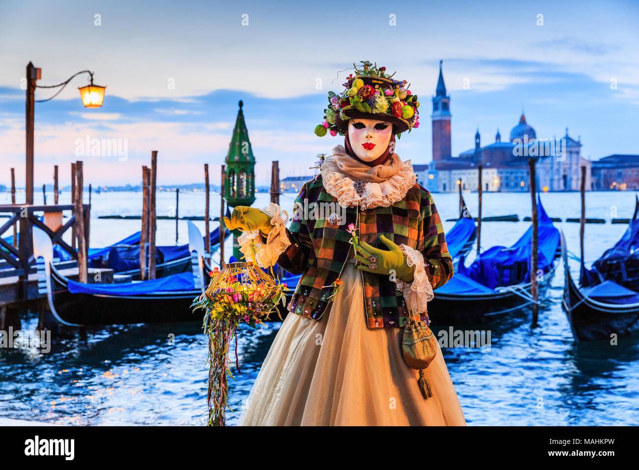 Venezia, Italia. Il carnevale di Venezia, bella maschera in Piazza San Marco. Foto Stock
