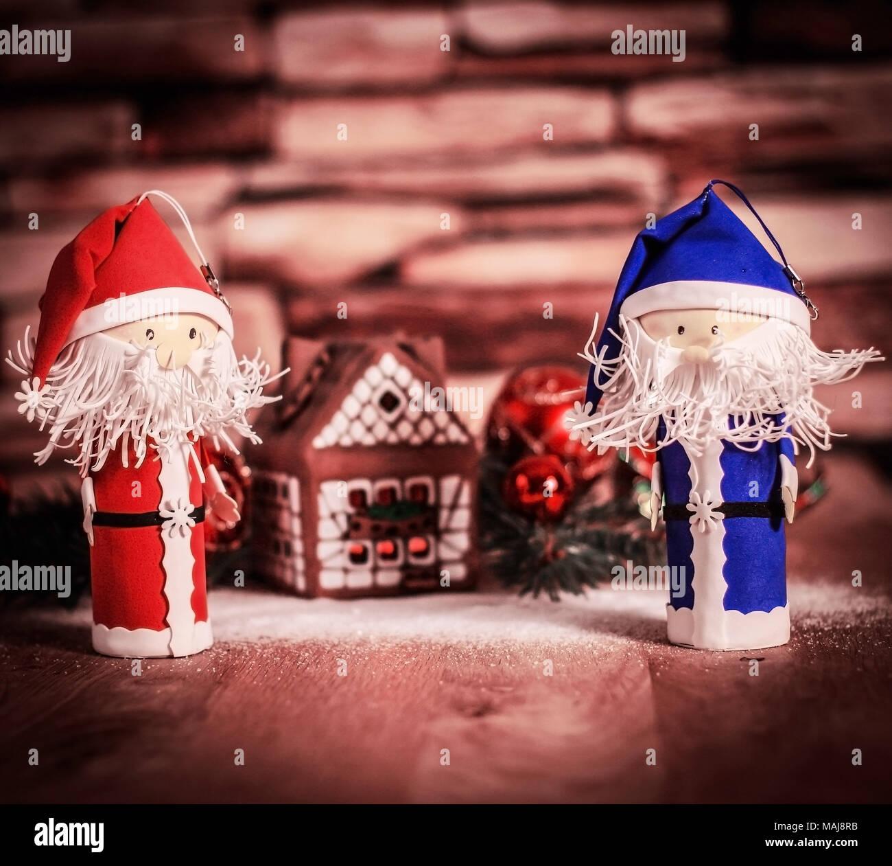 Babbo Natale Immagini Divertenti.Due Divertenti Babbo Natale Sullo Sfondo Di Una Casa Di Panpepato