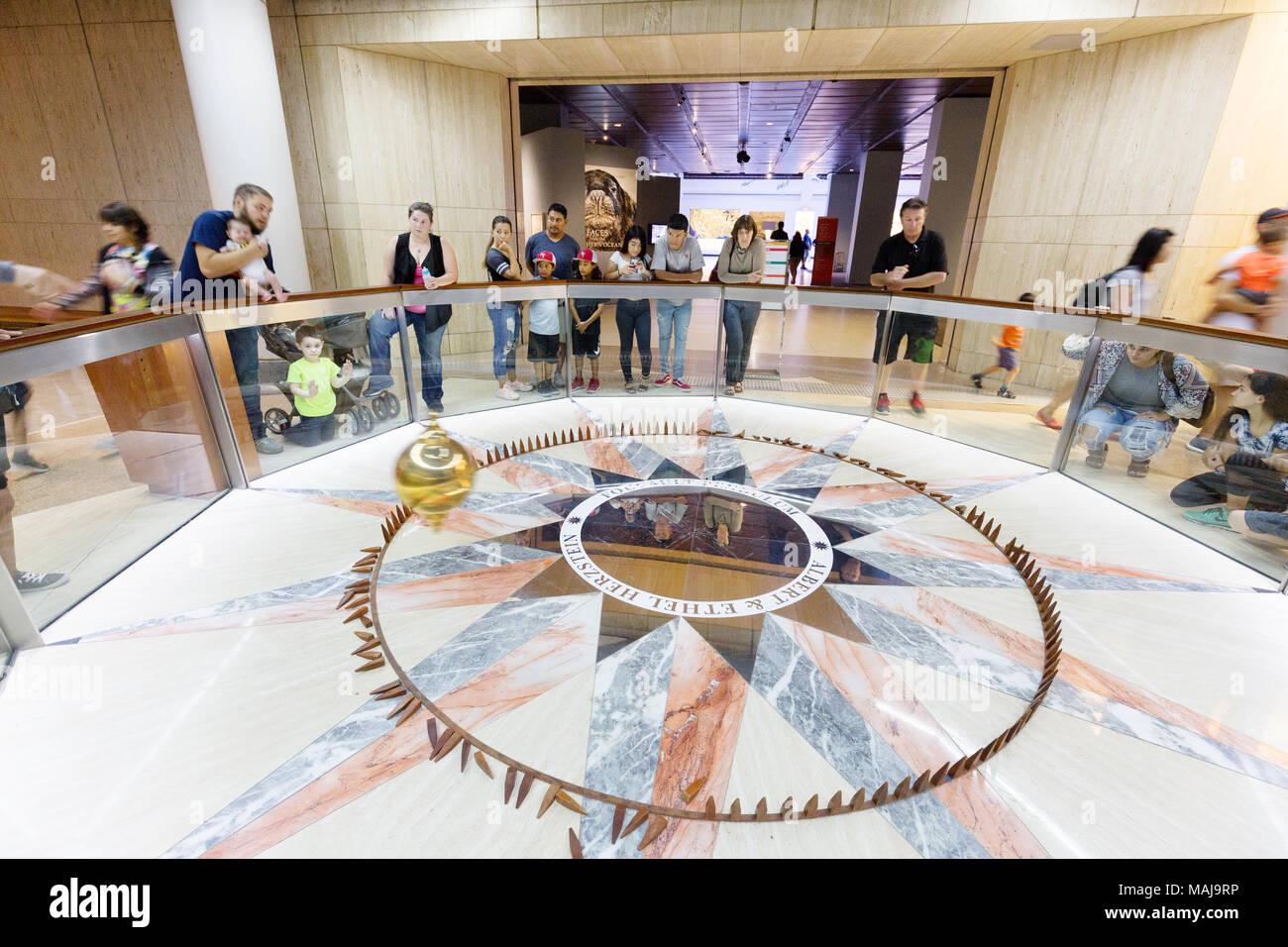 I visitatori che desiderano al pendolo di Foucault o Foucaults pendolo, Houston Museo di Scienza Naturale, Houston, Texas, Stati Uniti d'America Immagini Stock