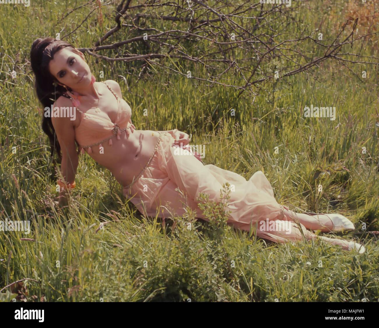 """ANITA HARRIS inglese cantante e attrice cinematografica come Corktip durante una pausa nelle riprese """"seguire quel cammello"""" nel 1967 Immagini Stock"""