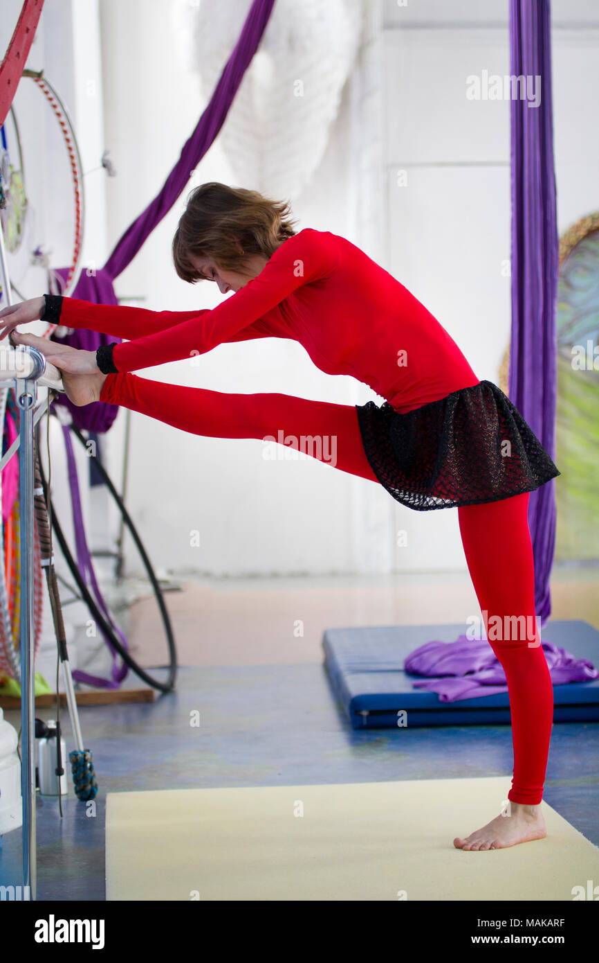 Flessibile ginnasta donna stretching a barre in un studio Immagini Stock