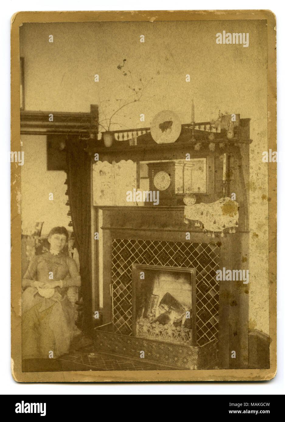 Foto Di Un Camino Acceso verticale, seppia fotografia che mostra una donna seduta a