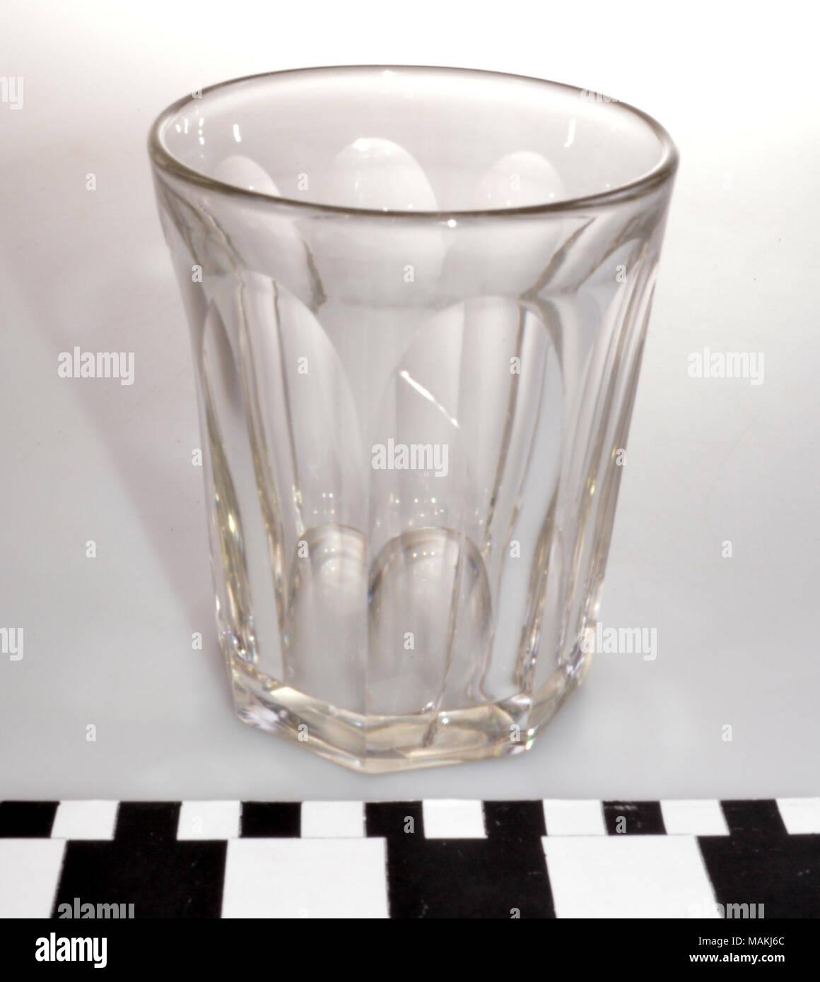 Inglese Tagliato Un Bicchiere Di Vetro Con Lati Sfaccettato Secondo