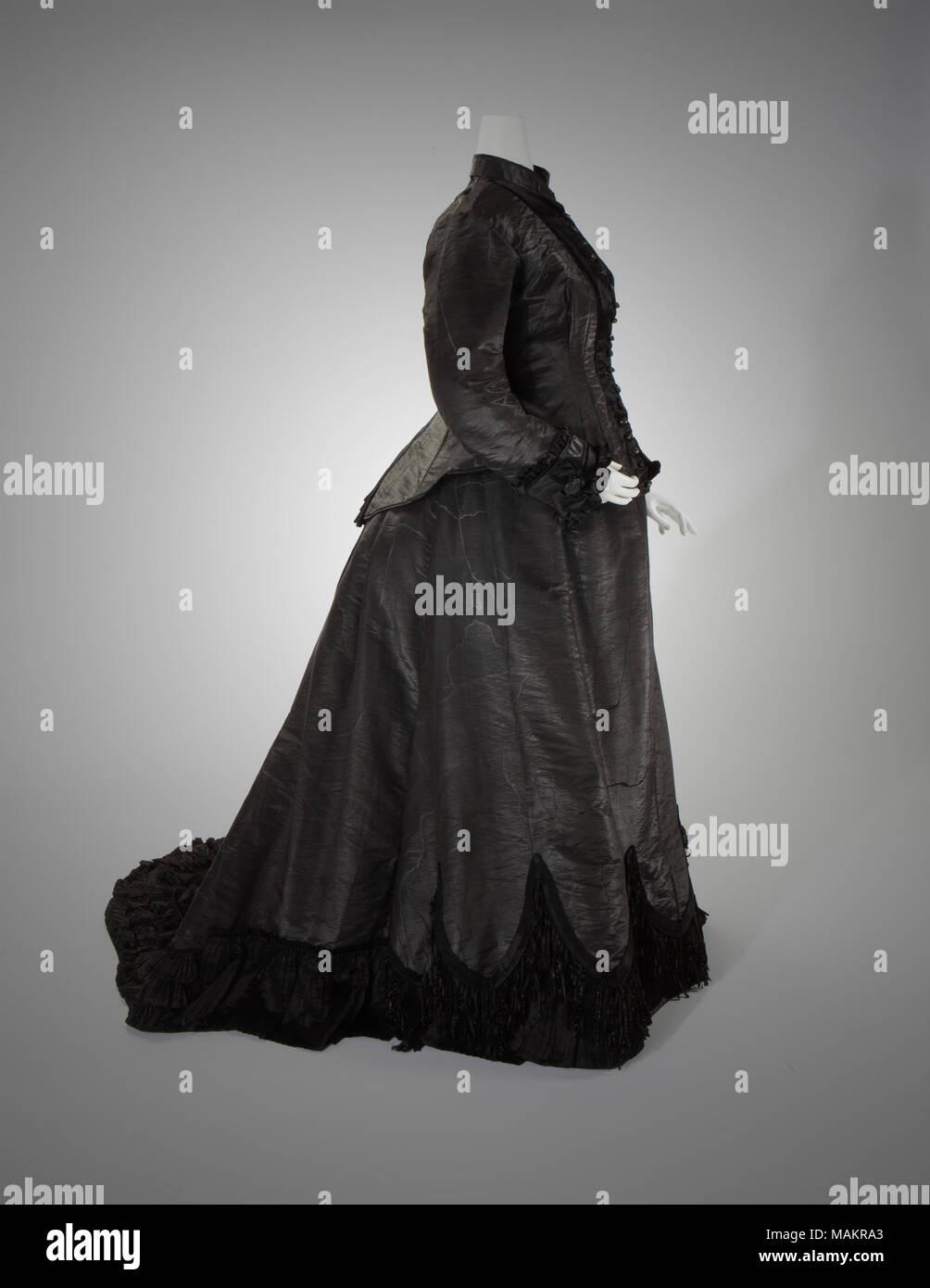 6682247f73b3 Le donne in due pezzi di seta nera faille moirè lutto abito con frange  gonna. Indossata da ...
