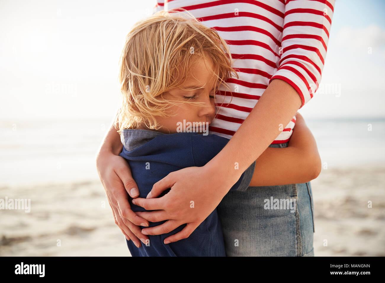 Close Up di madre che abbraccia il figlio in estate vacanza in spiaggia Immagini Stock