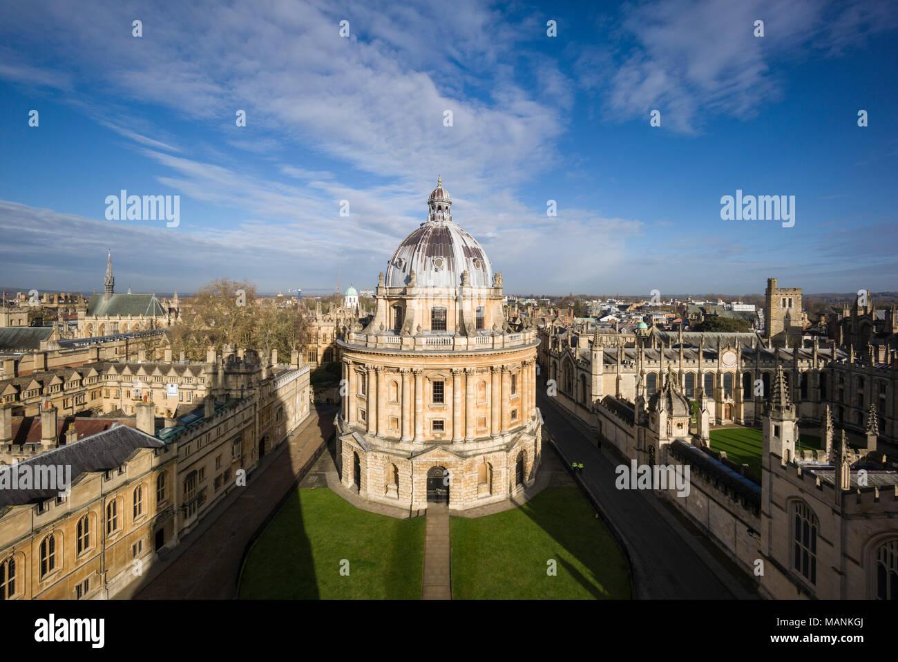 Oxford. In Inghilterra. Vista di Radcliffe Camera, Radcliffe Square con Brasenose College sulla sinistra e tutte le anime College, a destra. Progettato da James Gibb Immagini Stock