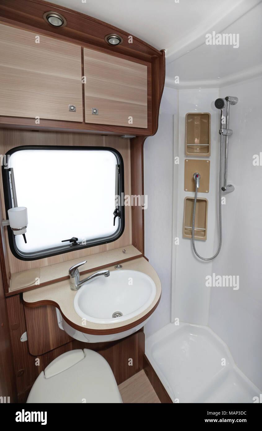 Bagno con doccia e wc in Camper Foto & Immagine Stock: 178735912 - Alamy