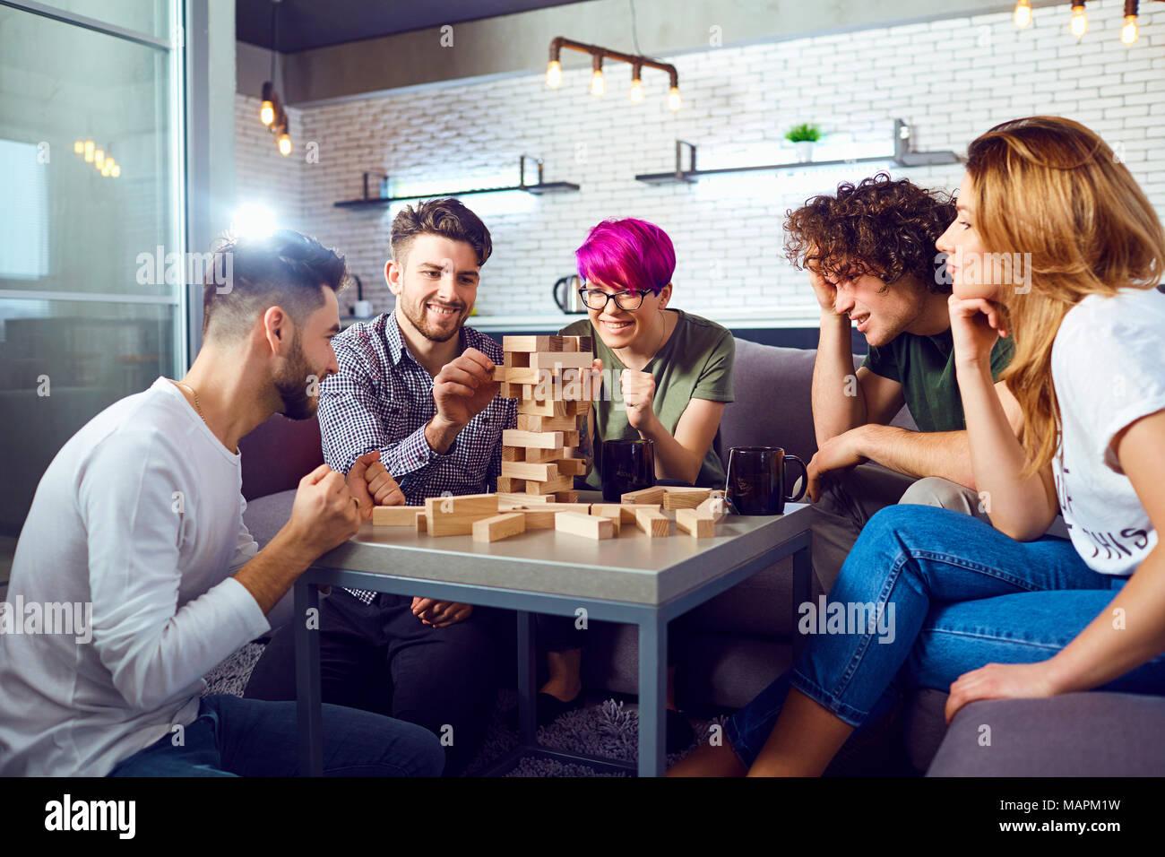 Un gruppo di amici giocare a giochi da tavolo in camera. Immagini Stock